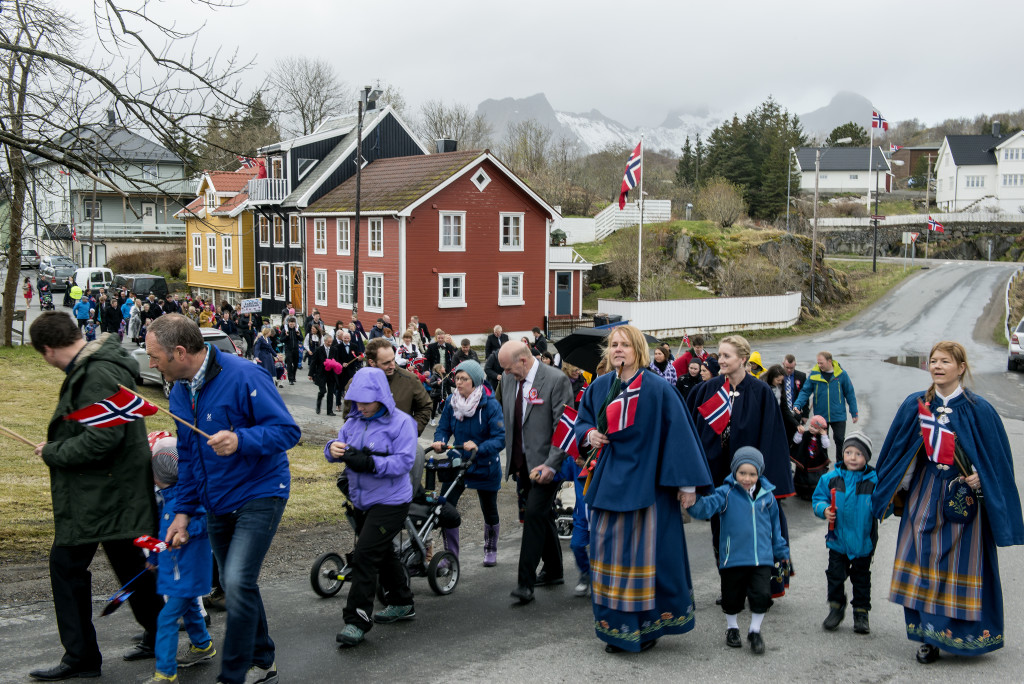 17. maj bliver fejret over hele Norge, det er en festdag uden partipolitiske undertoner. Mange kommer i deres smukke folkedragter, men vejret var desværre ikke med os, om formiddagen småregnede det, så mange havde valgt noget praktisk der kunne tåle regnvejret. Om eftermiddagen styrtregnede det, så det hele blev mere eller mindre aflyst - desværre.