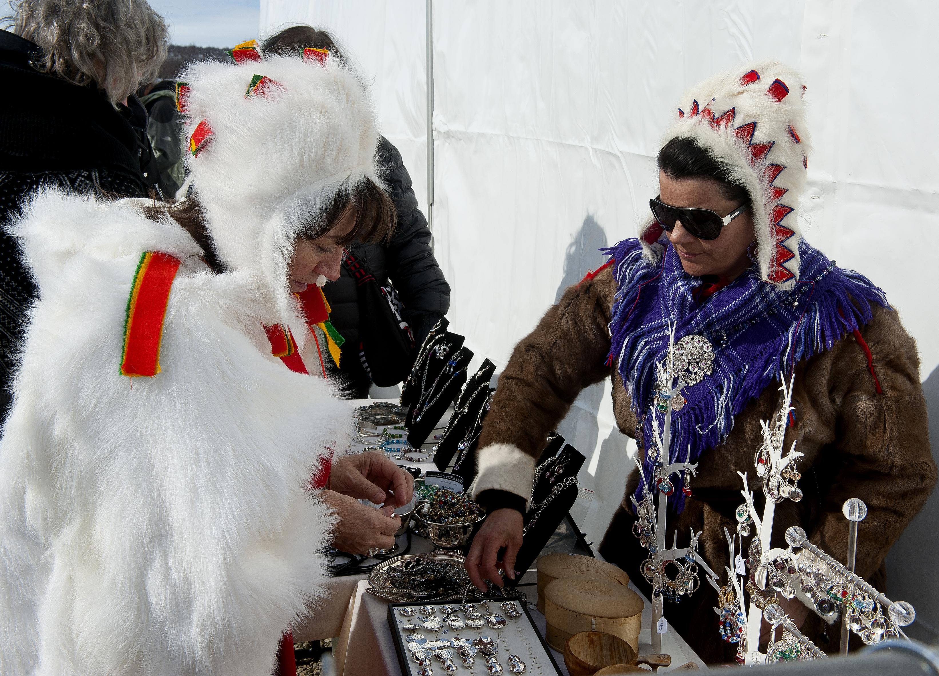 Der er også nogle boder med samiske smykker. Fredag aften var der joikkoncert, hvor der var samer fra både Norge, Sverige, Finland og Rusland. En spændende og anderledes koncert. Der var flere koncerter, men vi nåede kun de to samiske og derudover var der også filmfestival.  Lørdag var der en lille hyggelig koncert i Juhls sølvgalleri. Så var dagene efterhånden gået, og vi havde haft en fantastisk påske og oplevet samerne på en helt anden måde end når man møder dem ved sommerboderne. En tur der varmt kan anbefales.
