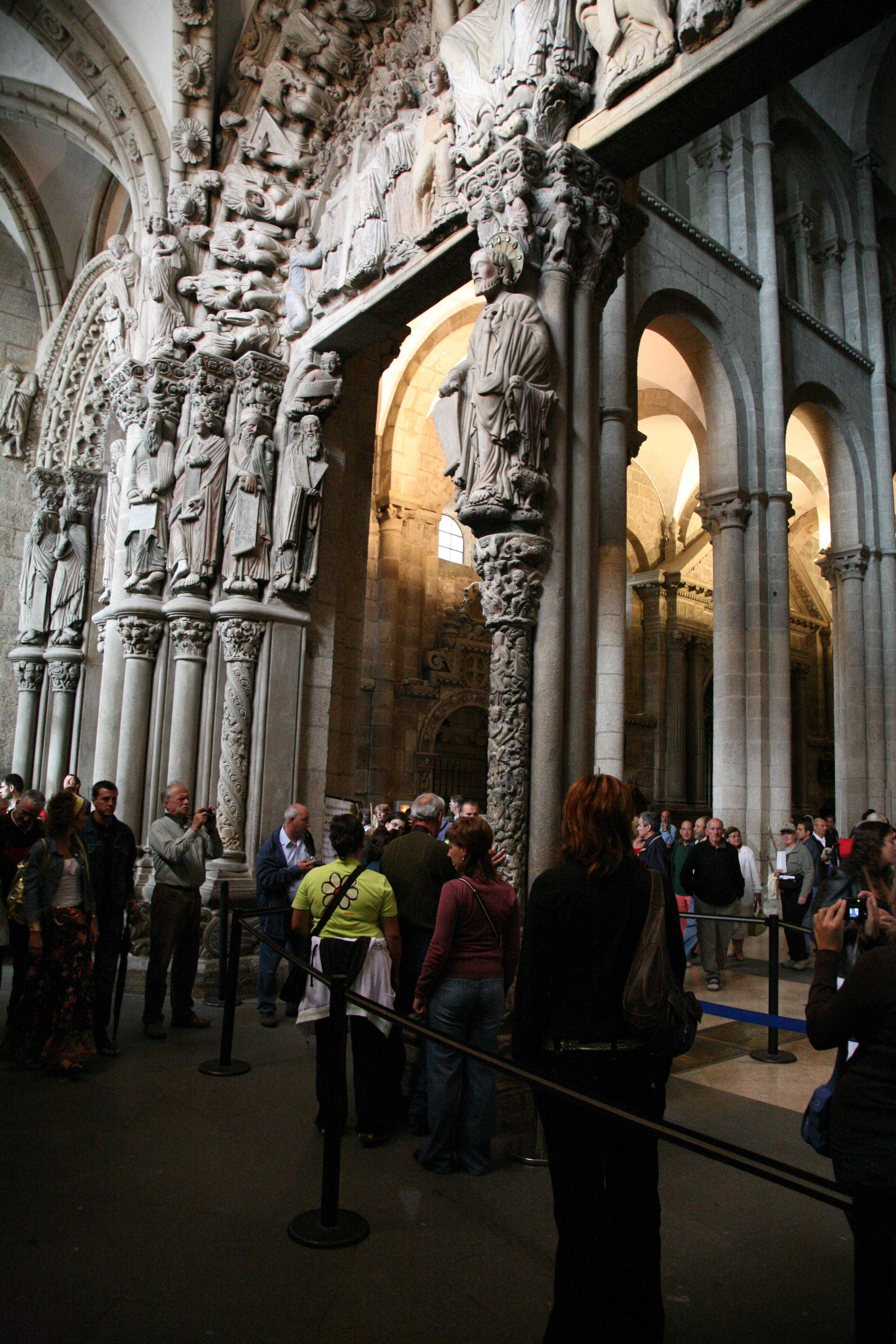 Sankt Jacob ved et af de hellige steder i kirken, hvor pilgrimme står i kø for at berøre søjlen under ham.