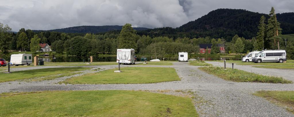 Da vi planlagde turen havde vi valgt en meget centralt beliggende campingplads, nemlig Telemark Kanalcamping i Lunde, der ligger lige ned til kanalen. Fra Langesund er der kun ca. 65 km. Vi ankom til Telemark Kanalcamping sidst på eftermiddagen, hvor vi blev budt velkommen af Erling Skoe, der er ejer af pladsen. I receptionen er der turistinformation med kort og brochurer over en stor del af Telemarken. Derudover er der også en lille butik med forskellige fornødenheder og et større udvalg af forskelligt lystfiskerudstyr og meget mere.