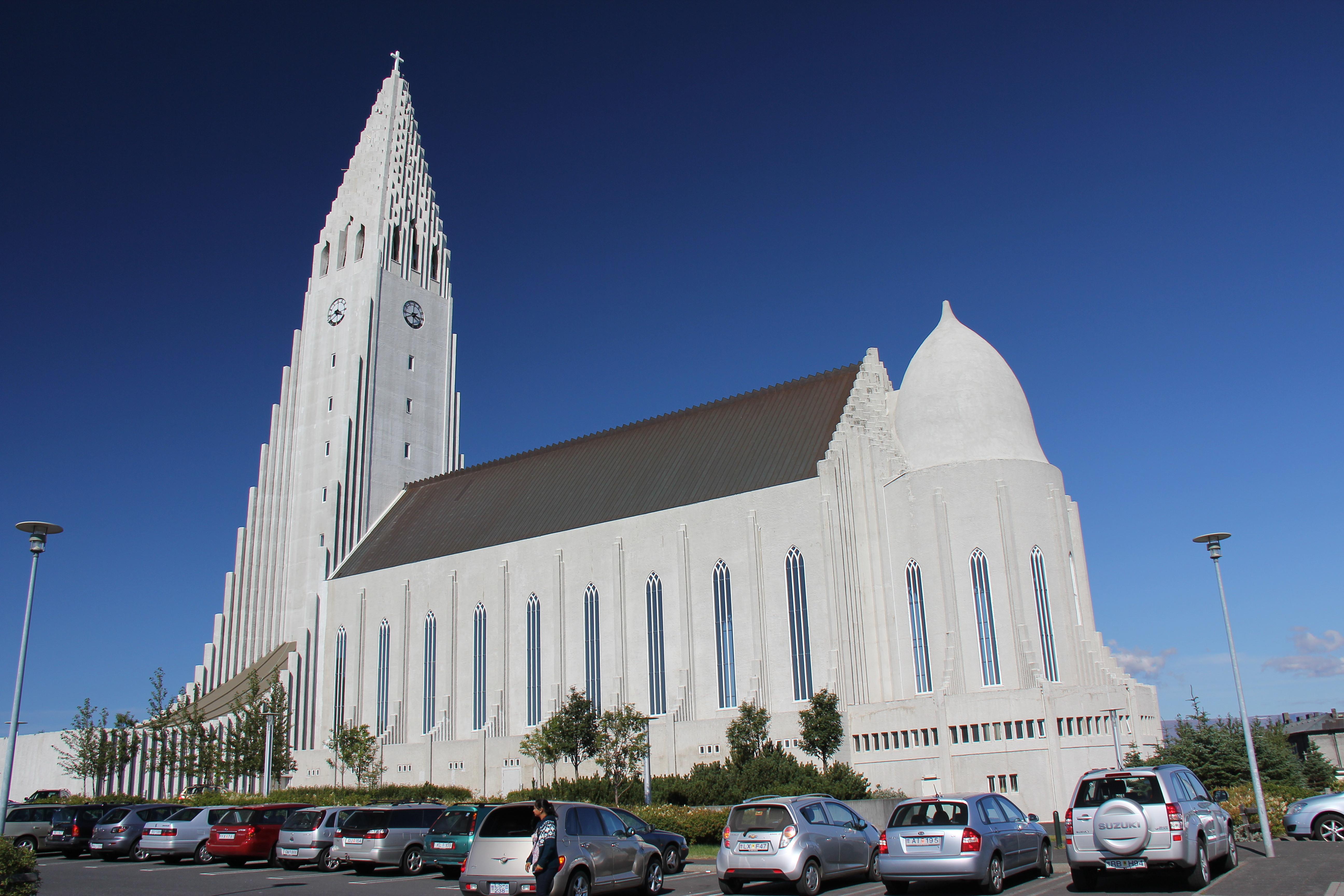Reykjavik skal vi have et billede af Halgrimmskirken som troner på en bakke i byen.