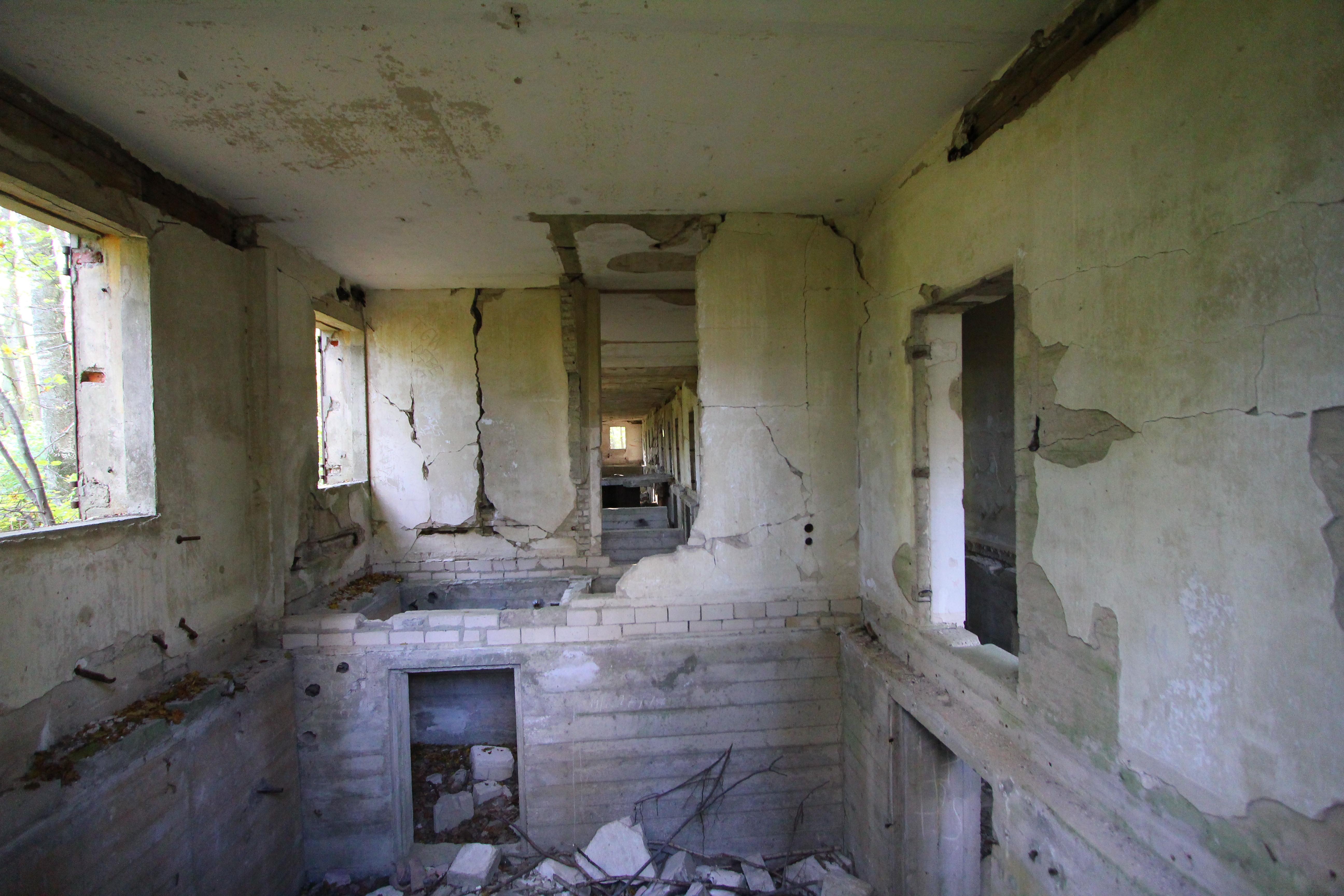 Et kig ind i en bygning hvor gulvet mangler.