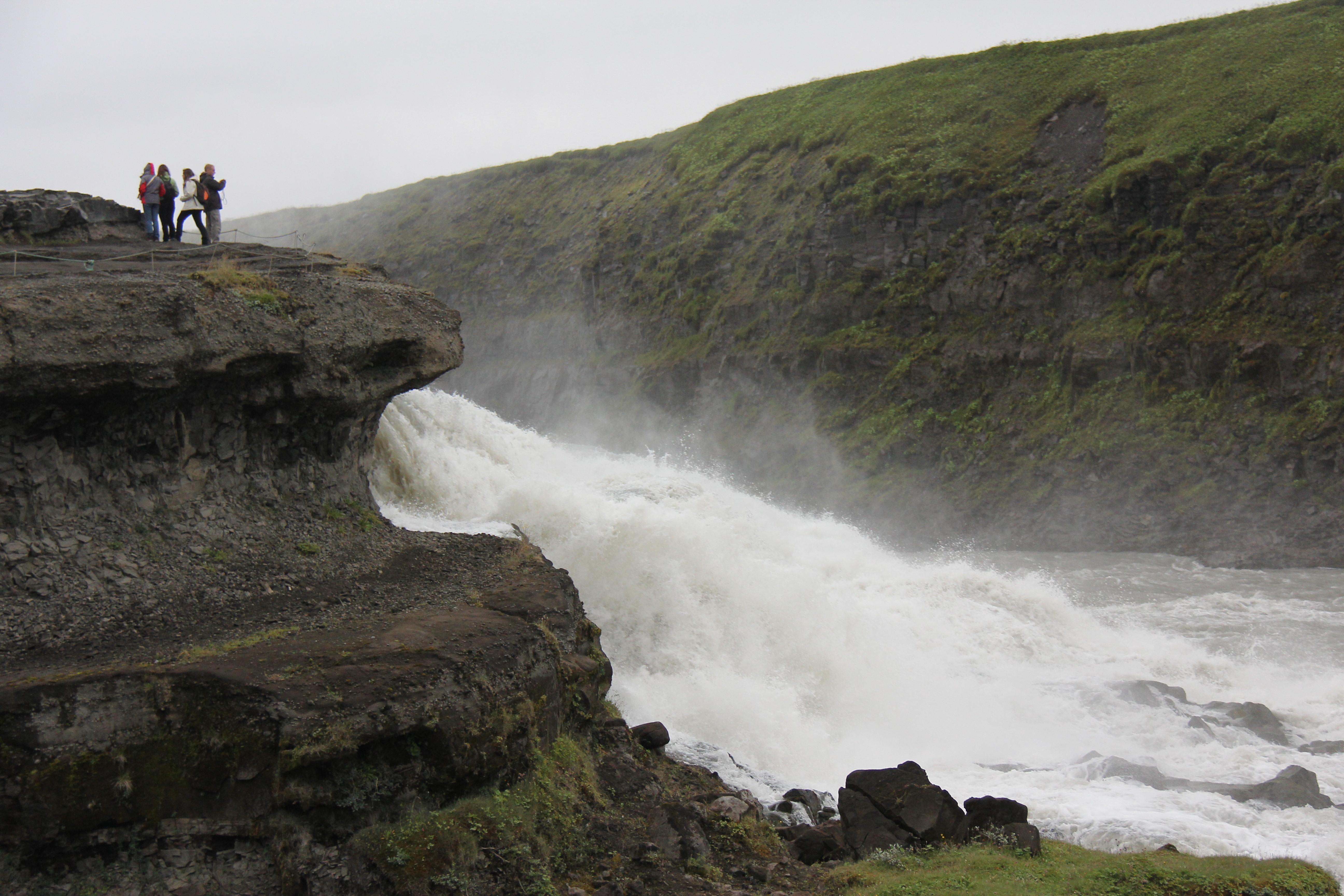 Dette er kun en lille del af Guldfossen, men billedet viser størrelsen på mennesker og natur.