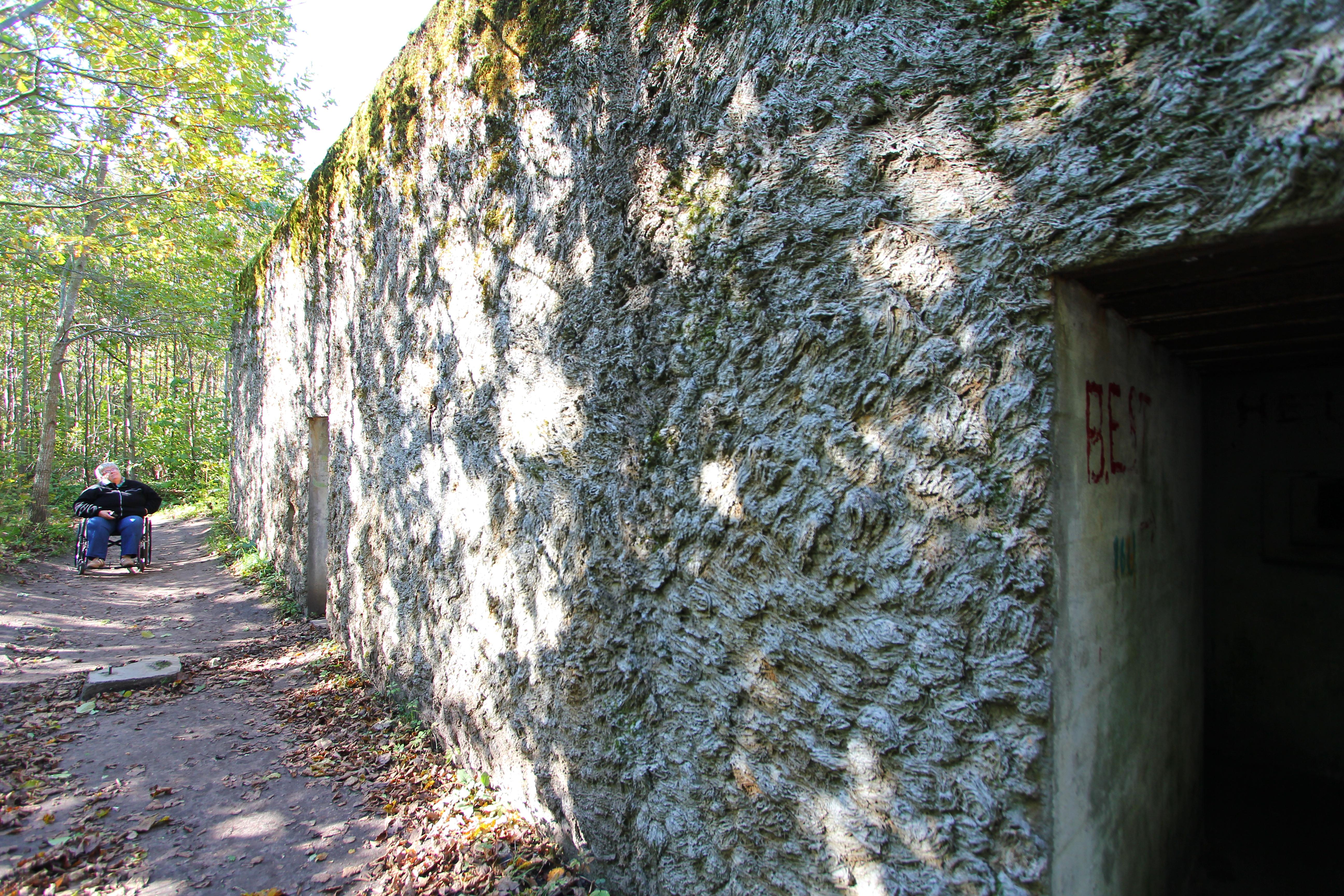 Her er nogle af bygninger blevet beklædt med søgræs for at vegetation nemmere kun gro og derved skjule de mange bunkers. Jan og Joan (Joan i kørestol) kunne også komme rundt og se de fleste ting.
