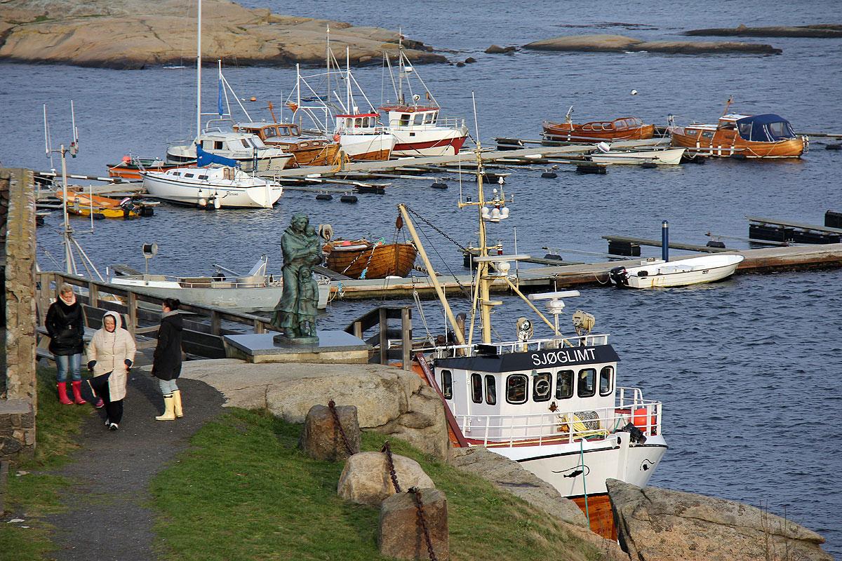 Her ligger også en lille fiskehavn, hvor der bl.a. står en statue af en ung kvinde med nogle børn som kigger ud over havet.