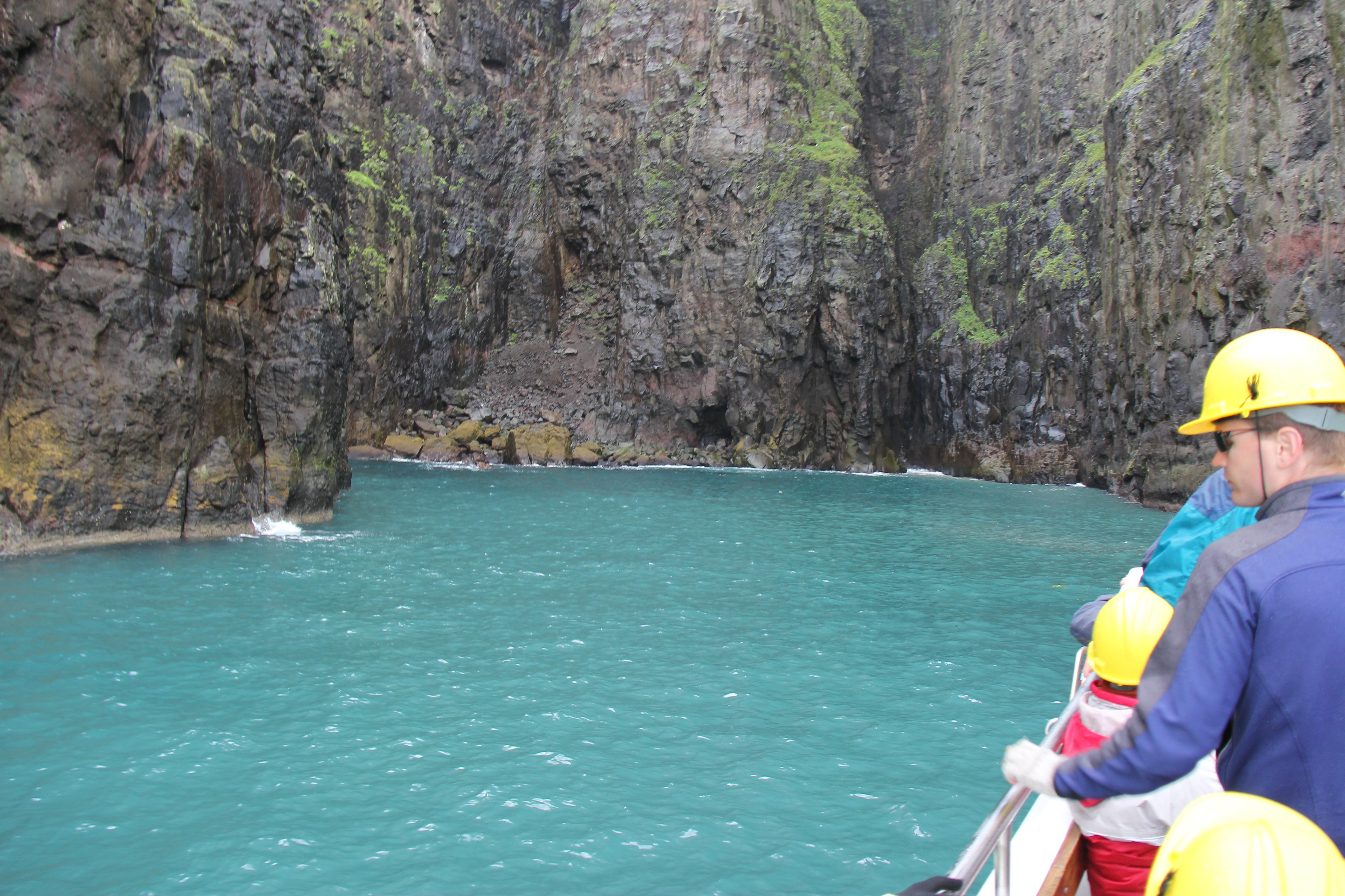 Her er vi sejlet ind i en slags lagune, hvor vandet har en helt anden farve.