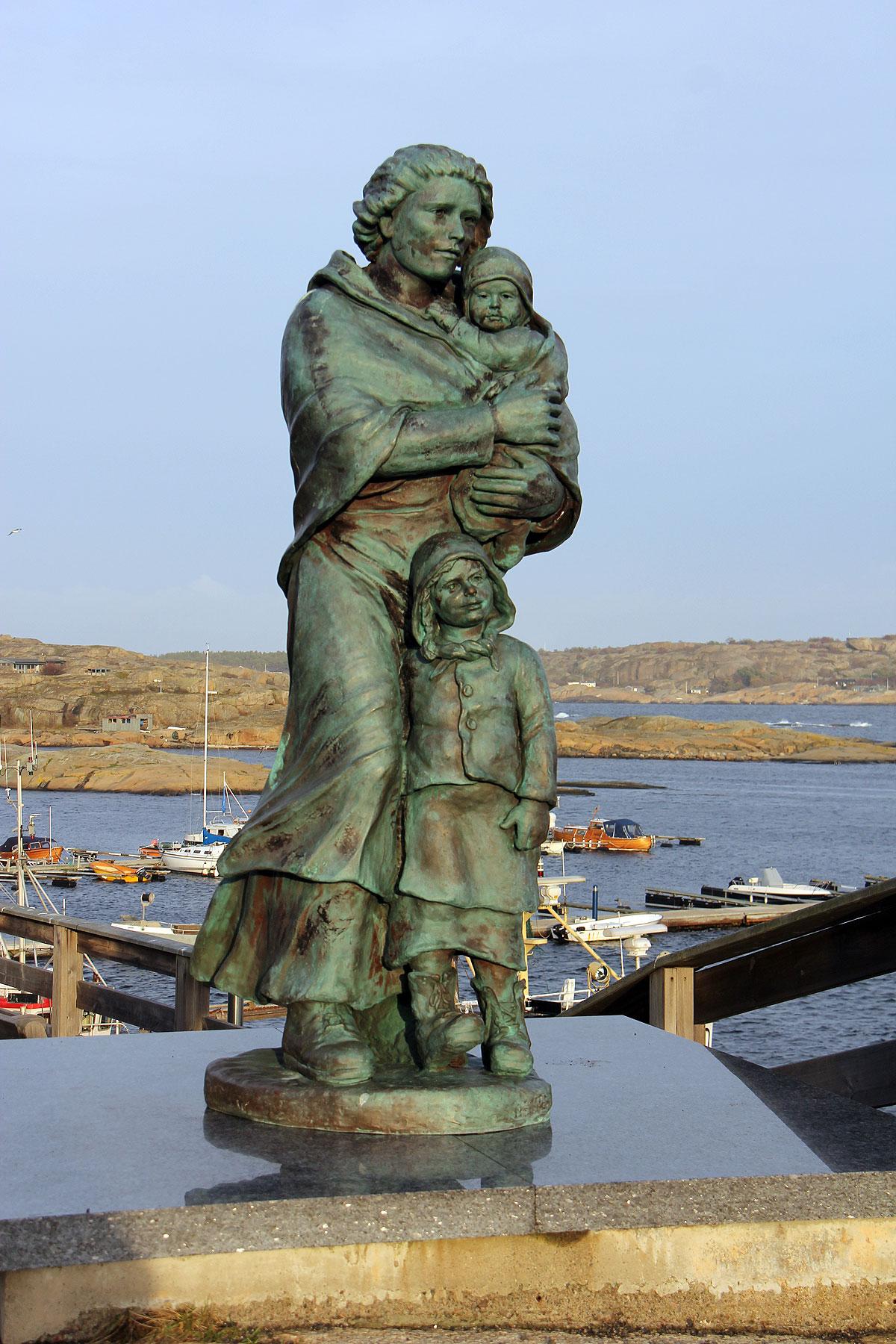 Historien fortæller at statuen blev rejst til minde om de mange familier som har familiemedlemmer som fisker og lever af havet. Statestikker fortæller, at i de små fiskesamfund langs havet manglede hver anden husstand altid et af de mandlige familiemedlemmer, som var omkommet på havet. Den historie kender vi også i Danmark i vores mange store eller små byer langs havet som omslutter Danmark på de fleste sider. Her står kvinden med børnene og spejder ud over havet i håbet om at se mandens/faderens fiskebåd dukke op i horisonten. En dejlig statue som fortæller sin egen historie.