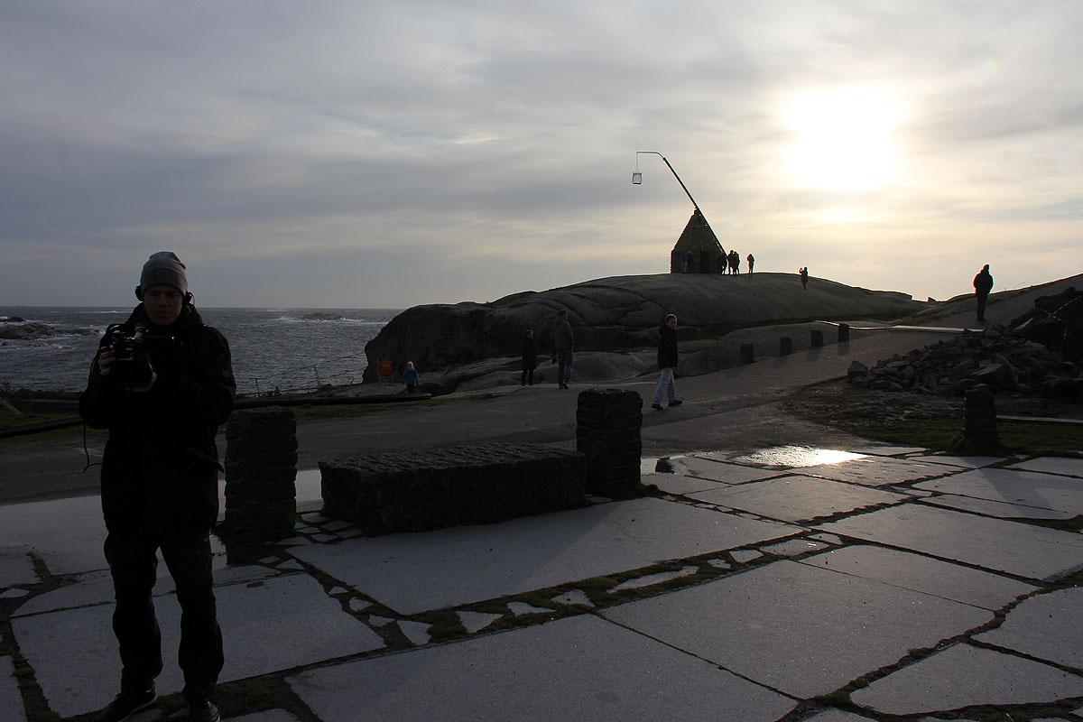 Rasmus gør klar til at filme mig, men jeg er faldet lidt i staver over det smukke syn med det gamle vippefyr i modlys i baggrunden.