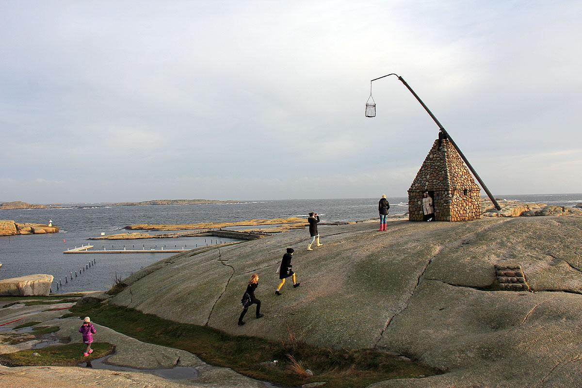 Turisterne kommer i en lind strøm for at besøge stedet.