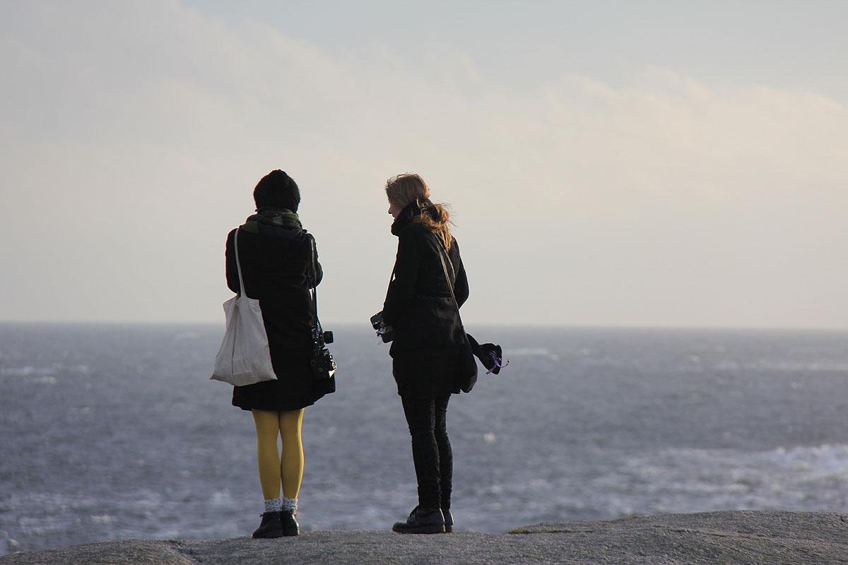 Der kigges ud over det enorme hav mens der tænkes tanker.