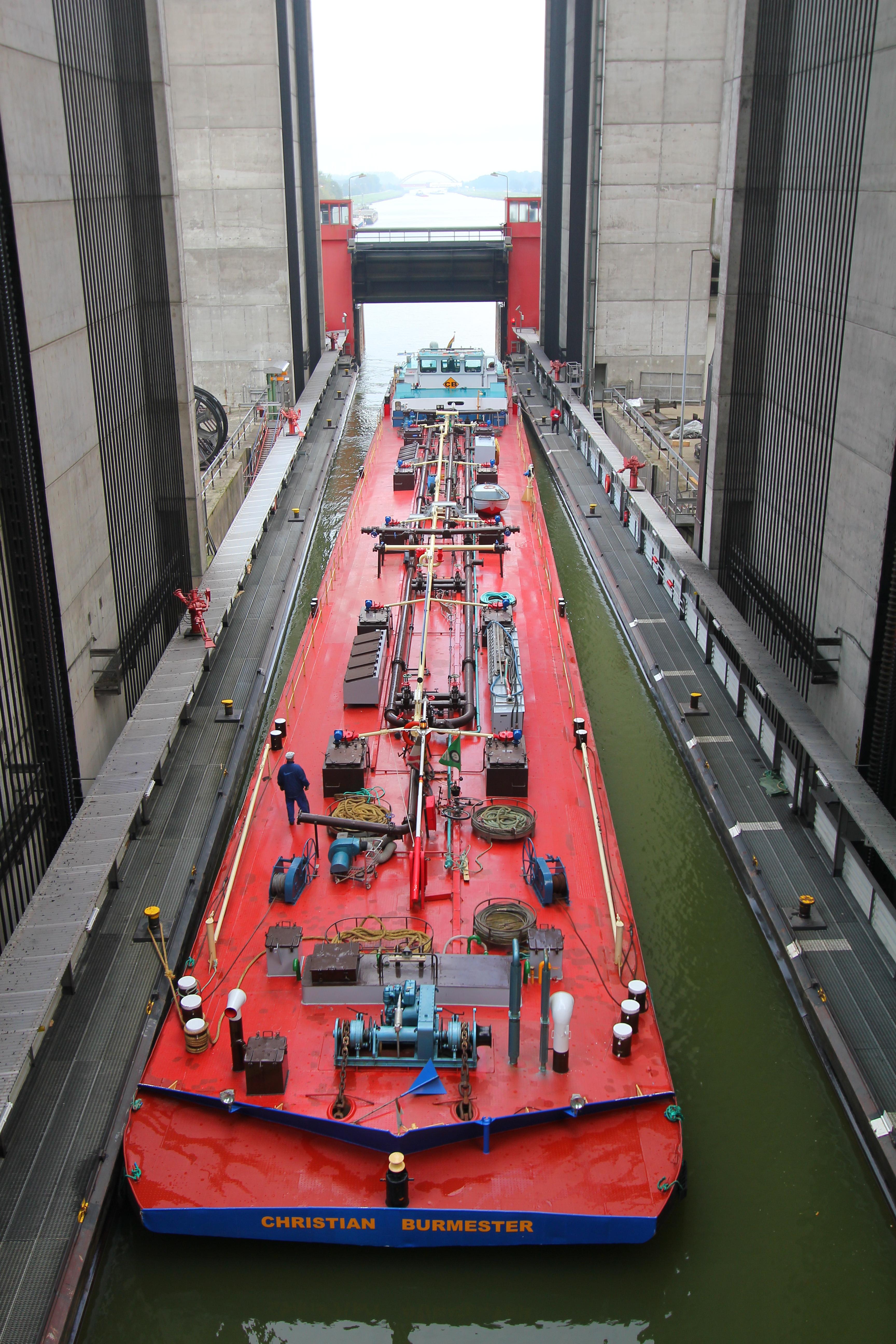 """Her er en af de store pramme sejlet ind i skibselevatoren i den lave del af kanalen. Derefter lukkes porten bag skibet og hele """"kassen"""" med pram og vand løftes de 38 meter op i løbet af ca. 3 min."""