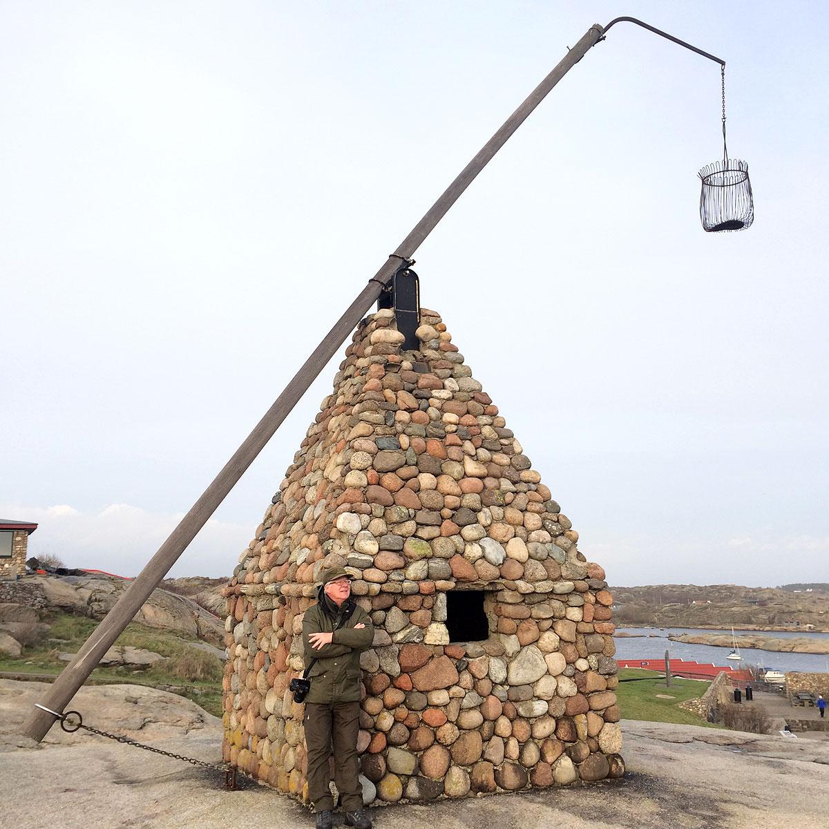 Selvfølgelig skal jeg lige have Rasmus til at tage et billede på solsiden af vippefyret som er bygget oven på et lille stenhus.