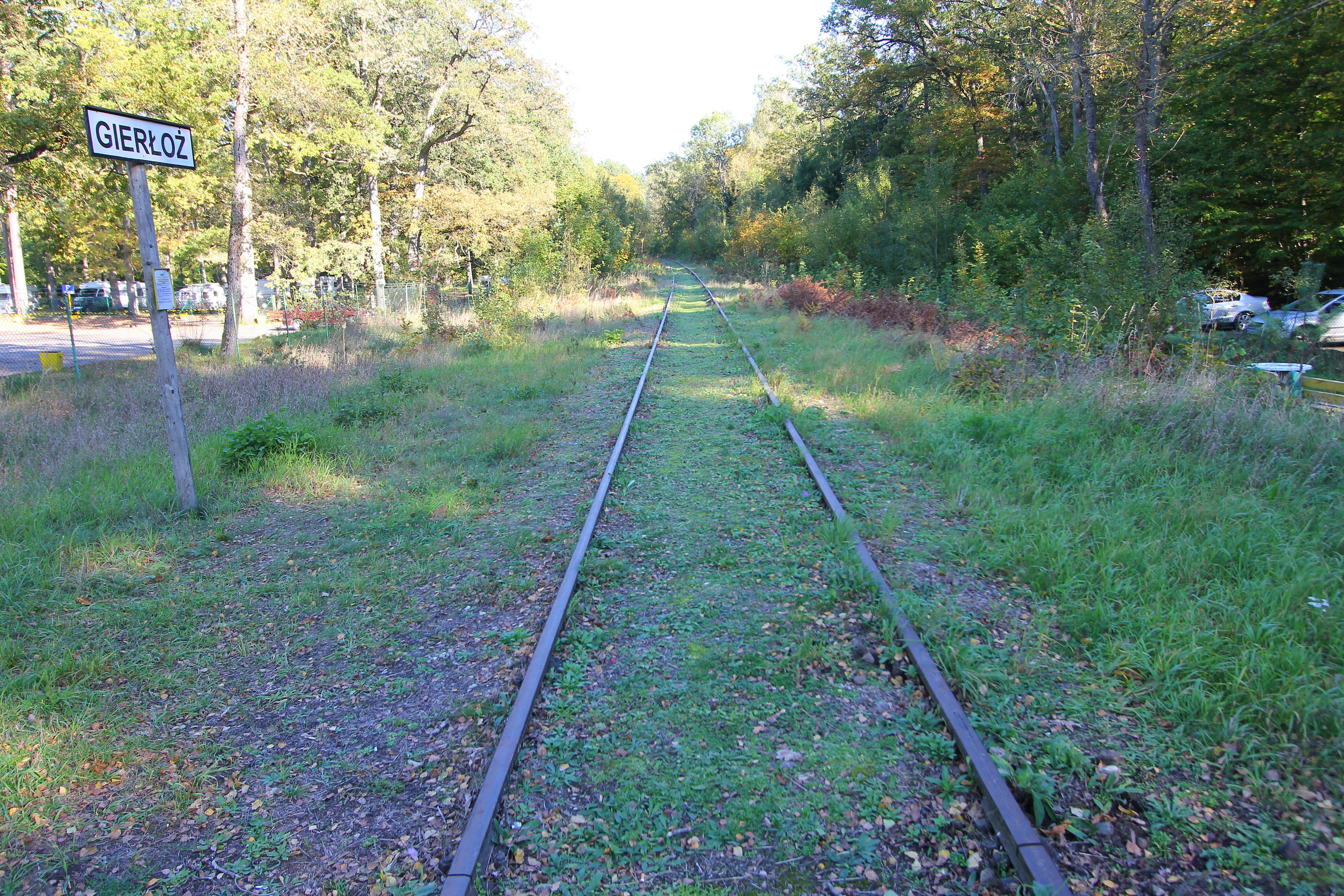Vi krydser jernbanen ved Gierloz som området hedder. Jernbanen blev bl.a. brugt af Hitler og til transport af forsyninger til området. Du kan lige skimte vores campingvogne og autocampere i baggrunden. Jeg ankommer som den sidste, så jeg er sikker på at der ikke holder nogen på landevejen som er kørt i stykker.