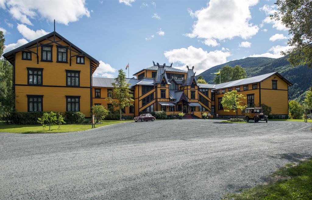 """Et af Norges flotteste og mest kendte hoteller er """"Hotel Dalen"""", der ligger midt i byen. Hotellet er opført i 1894, men gik desværre i forfald op gennem 1900-tallet, ikke mindst efter 2. verdenskrig, hvor tyskerne havde okkuperet det. Men efter en gennemgribende restaurering, der blev færdig i 1992, står den store ejendom nu som et eventyrhotel."""