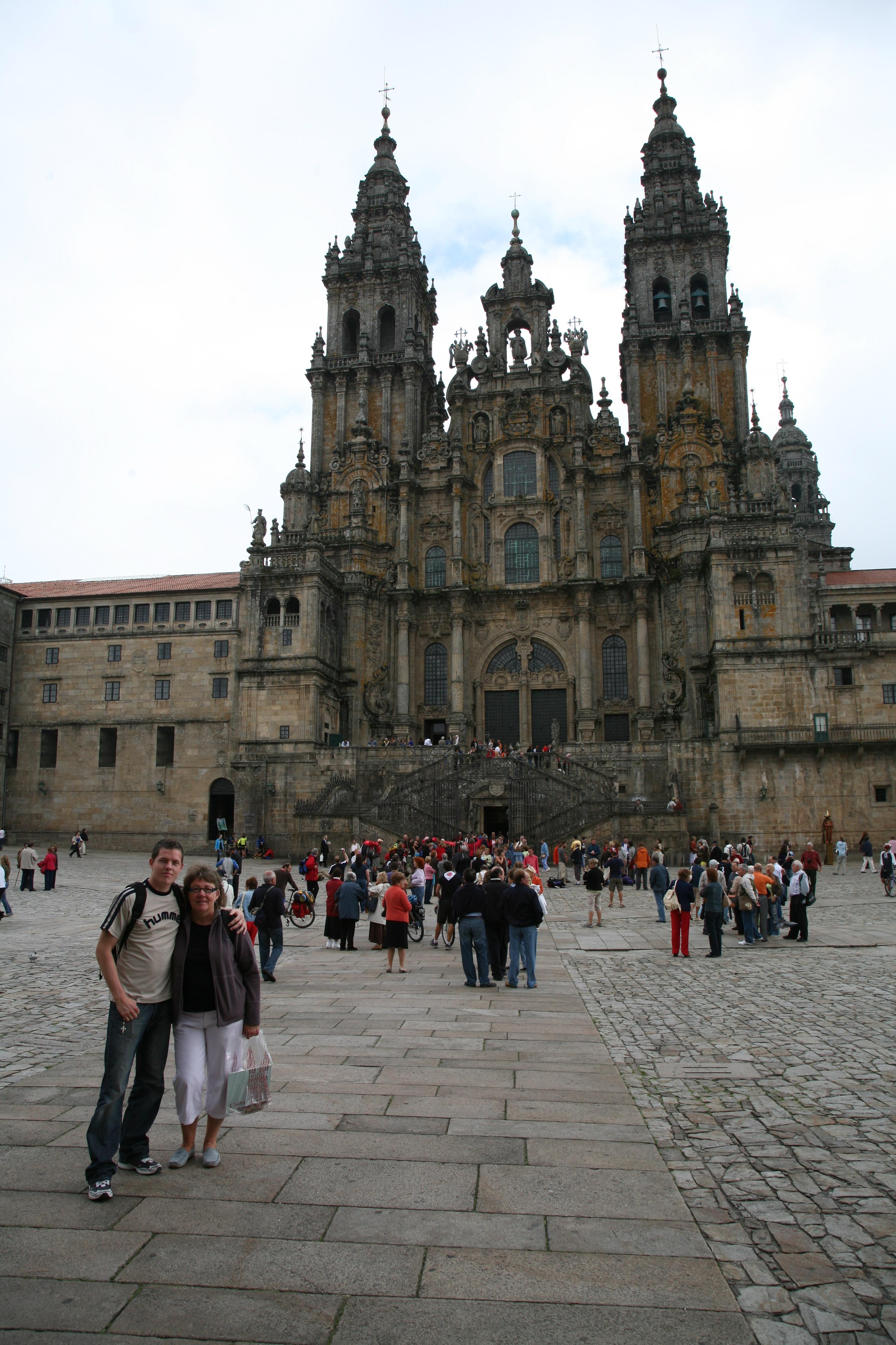 Lisbeth og Rasmus ved katedralen som vi har glædet os til at opleve og som besøges af mange millioner pilgrimme og turister hvert år.