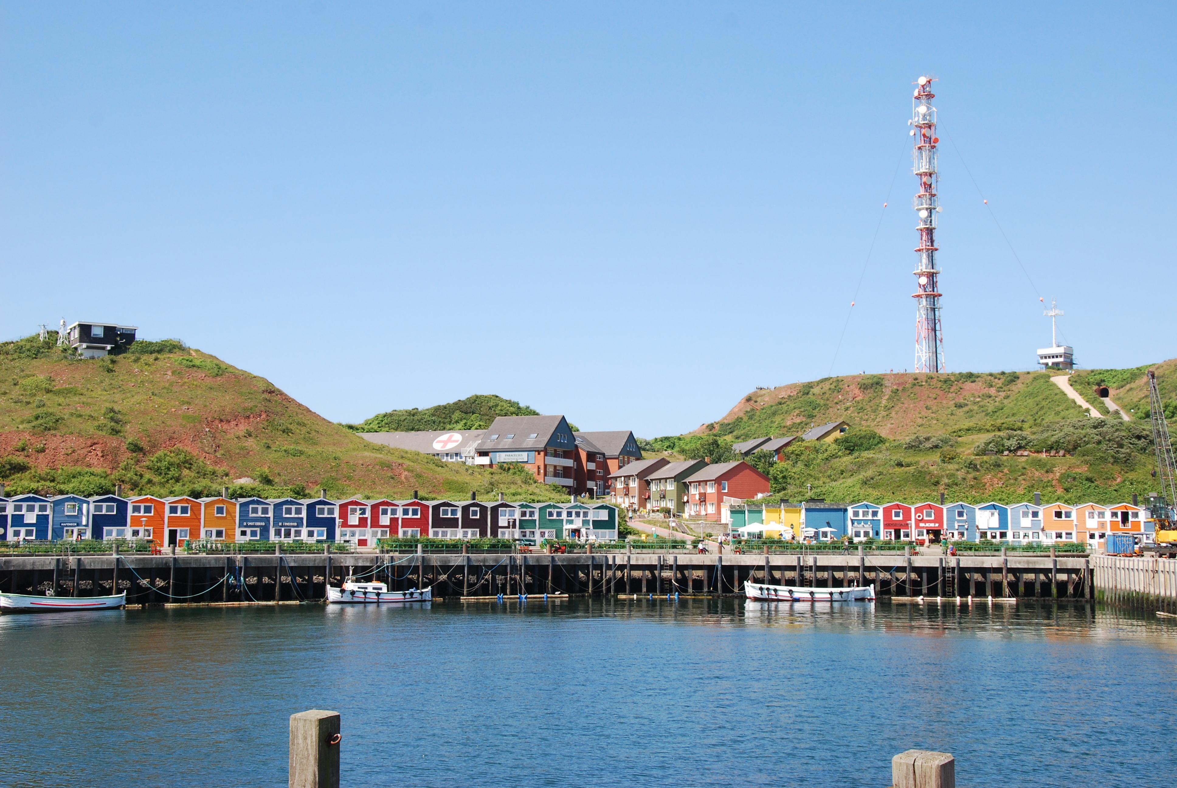"""De farvestrålende """"Hummerbuden"""", fiskernes havde tidligere deres redskaber i disse huse, nu er det for turisterne."""