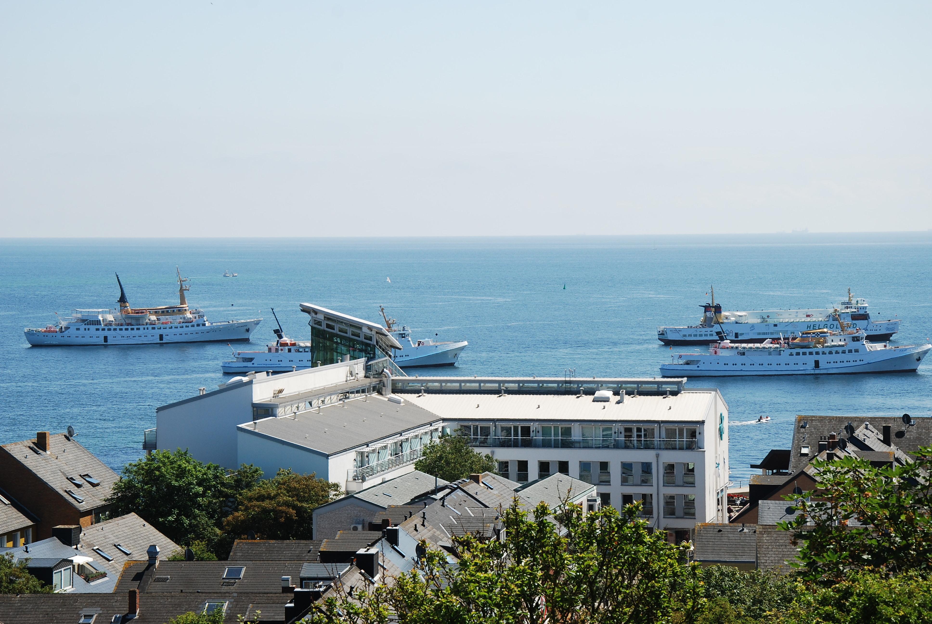 Fra Oberland kan man se ud over havnen med turist færgerne der ligger på Reden.