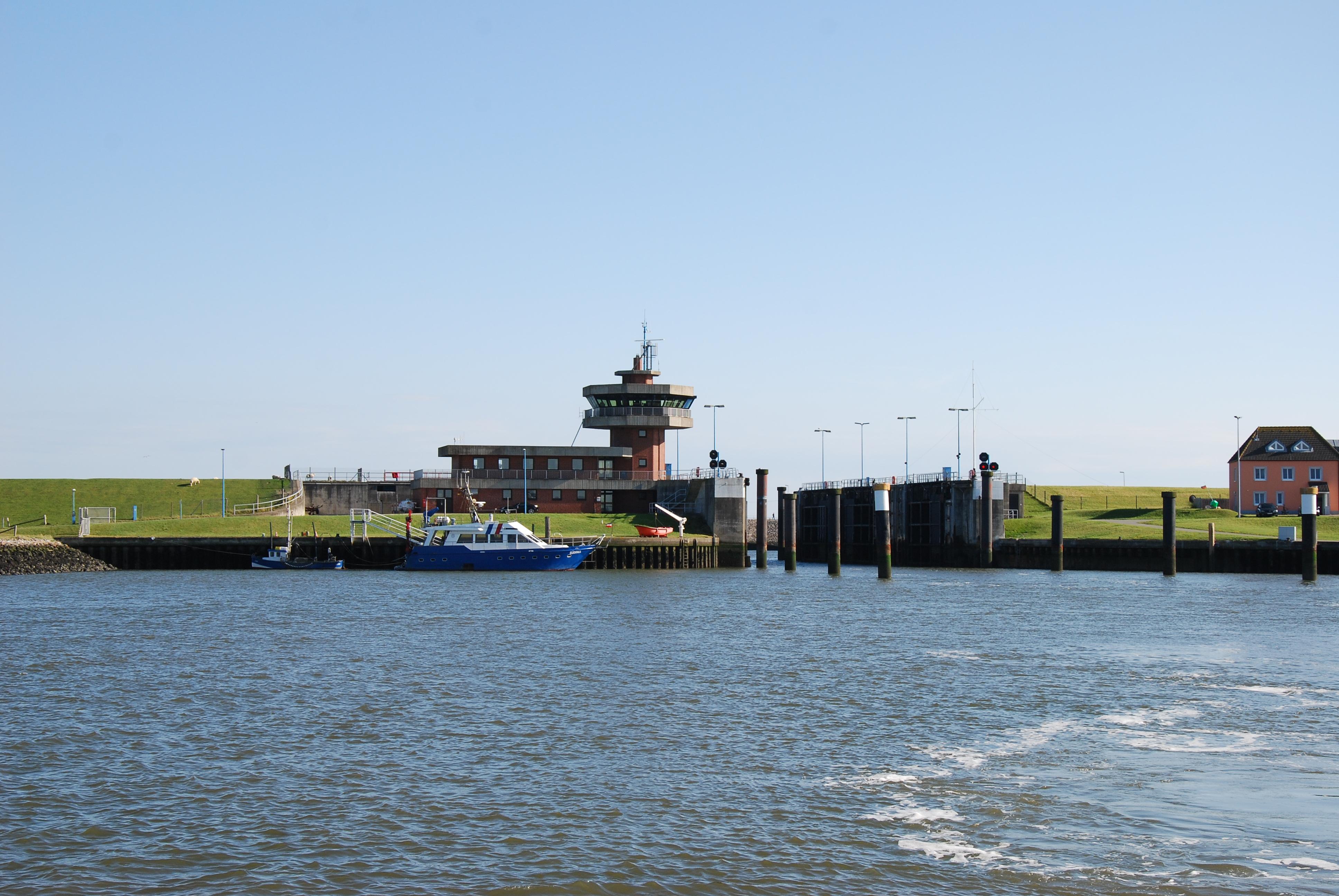 Indsejlingen til Büsum Havn, der ligger beskyttet bag store porte.