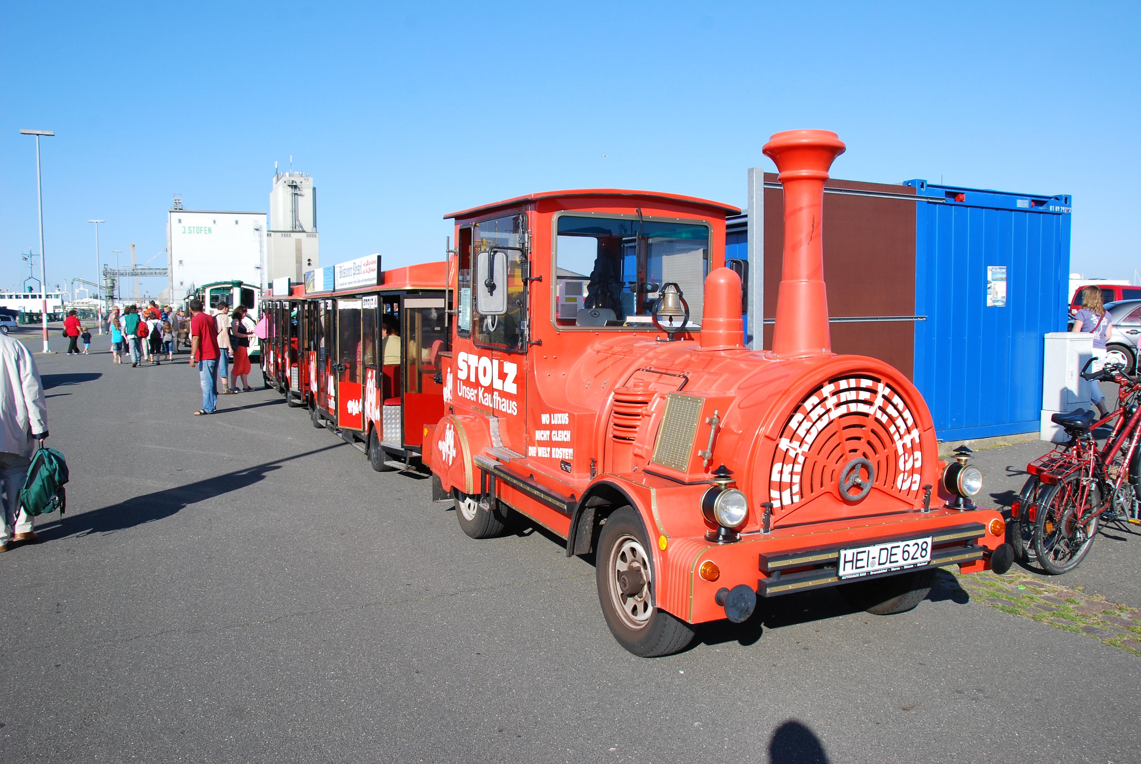 Ved ankomsten til havnen holder der tog til at transportere gæsterne ind til Büsum by.