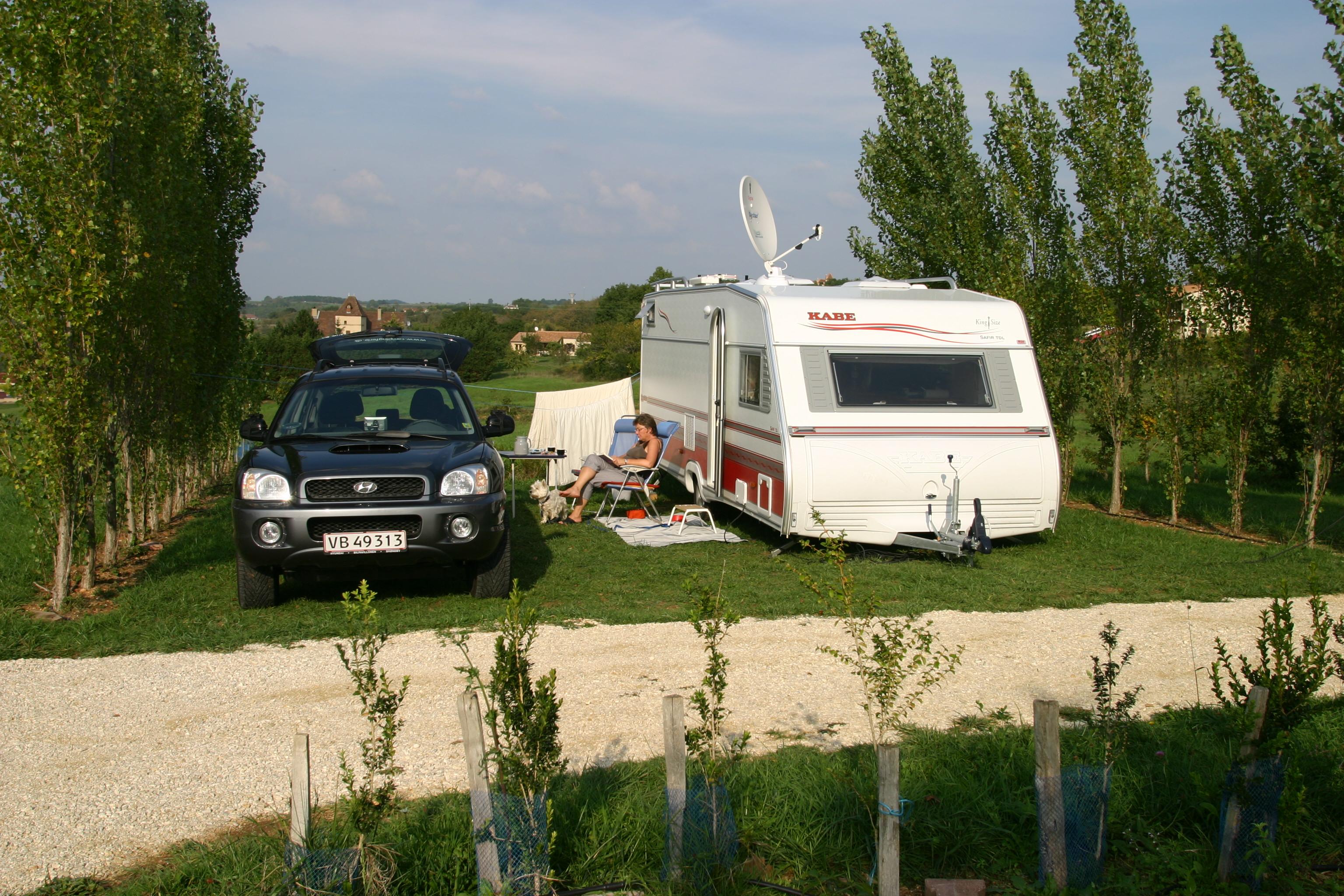 Uden for sæsonen (foto 271) Vi rejste fra slutningen af september til starten af november og det må siges at være uden for sæsonen. Undervejs fandt vi ind i en rytme hvor vi boede samme sted 2-3 dage før vi kørte 200-300 km videre til næste område. Selvfølgelig kan man ikke se alt, men man får et rigtig godt indtryk af stederne og områderne. Det der virkede stærkest var selvfølgelig de mange lukkede sommerrestauranter og de halv- og heltomme campingpladser. Men på sammen tid var det også charmerende på en måde, når vi gik en tur på en stor campingplads hvor vi stort set boede som de eneste.