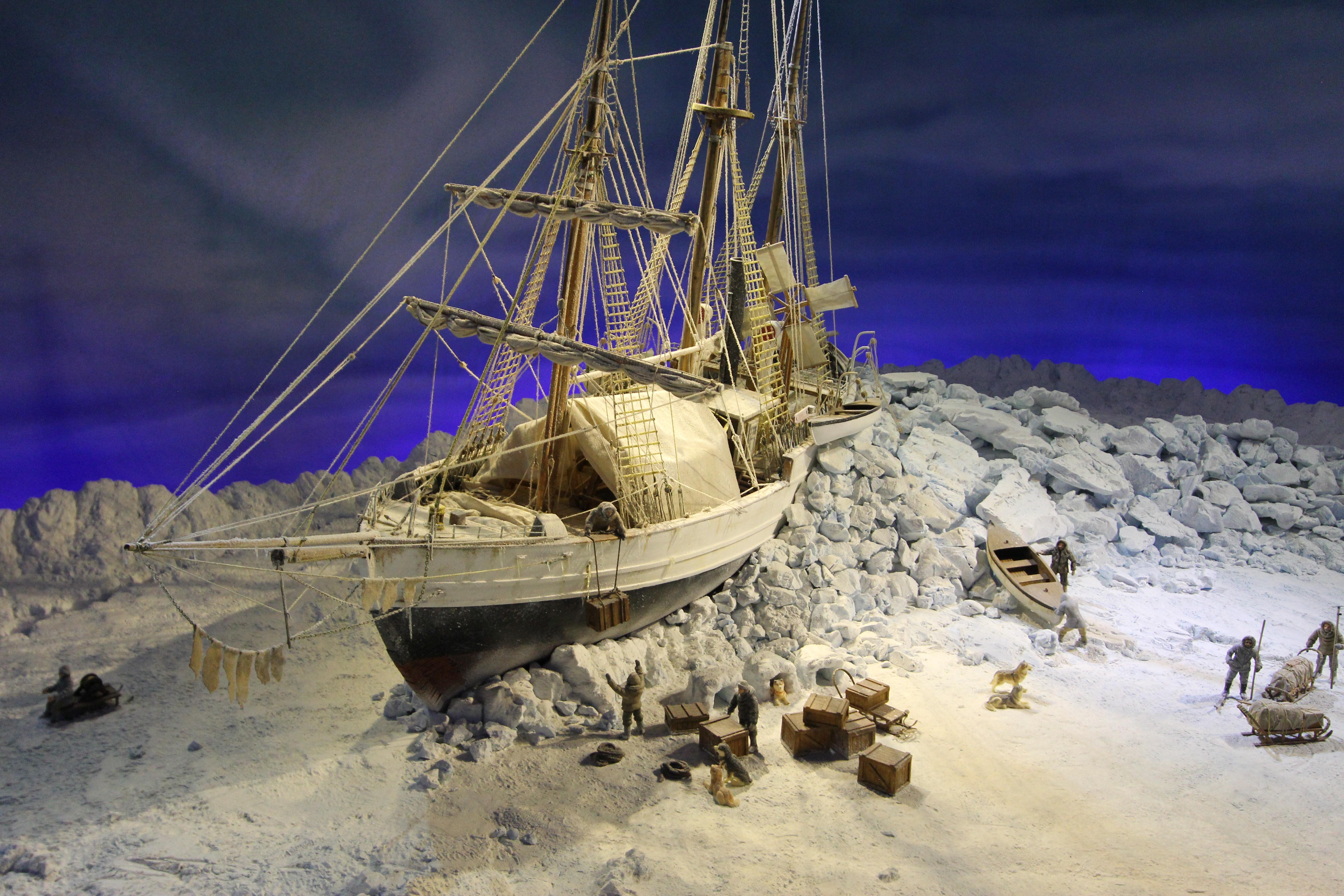 """Nansens plan om at """"Fram"""" skulle drive over polpunktet slog fejl. """"Fram"""" var ikke kommet langt nok øst, før den frøs fast i isen nord for Sibirien. Efter to overvintringer i """"Fram"""" forlod Nansen og Hjalmar Johansen d. 14. marts 1895 skibet for at gå mod Nordpolen på ski og med hundespand, 3 slæder og 27 hunde. Der var -40 grader C på afrejsedagen. «Fram» var på dette tidspunkt 600 km fra Nordpolen. 7. april vendte de på 86° 14' nordlig bredde, da de fandt ud af at de ikke ville være muligt at nå at gå til Nordpolen og tilbage i løbet af den korte arktiske sommer. 86° 14' var Nansens egen måling, senere er dette korrigeret til 86° 04'. Det var det nordligste punkt hvor der indtil da var registreret at noget menneske havde været. Tilbageturen blev også fyldt af svære strabadser, og Nansen og Johansen overvintrede i et selvbygget vinterkvarter på Frans Josefs land. Hytten var 3,4 m lang og 2 m bred, og var bygget af sten og klædt med is. Hyttetaget var beklædt med skind fra Hvalros og yderligere isoleret med sne og is. De overlevede på tran, spæk fra hvalros og isbjørnkød. Spækket blev også brugt til brændsel."""