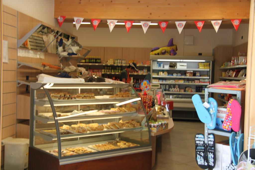 Der kan købes rigtig lokalt bagværk og andre specialiteter i pladsens lille minimarked. Der er også dejligt morgenbrød.