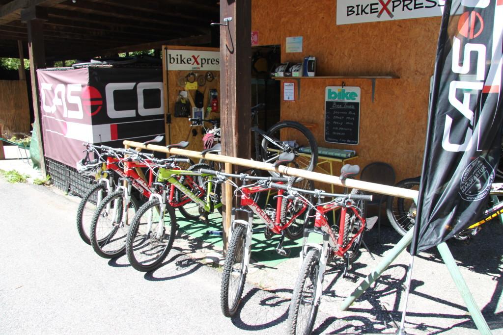 Men også cykel entusiaster har rigtig gode kår her.Masser af cykelruter både for almindelige cyklister og for de rigtig krævende. Har man ikke sin egen cykel med, er der mulighed for at leje cykler i alle prislag. Skulle man nyde en almindelig cykeltur er dette også muligt, det er dog at anbefale at ens cykel har et lille udvalg af gear, især de lette. Pladsen ligger højt oppe og dette indbyder til køreture i det bjergrige område, her er der tale om rigtige italienske ferieveje.