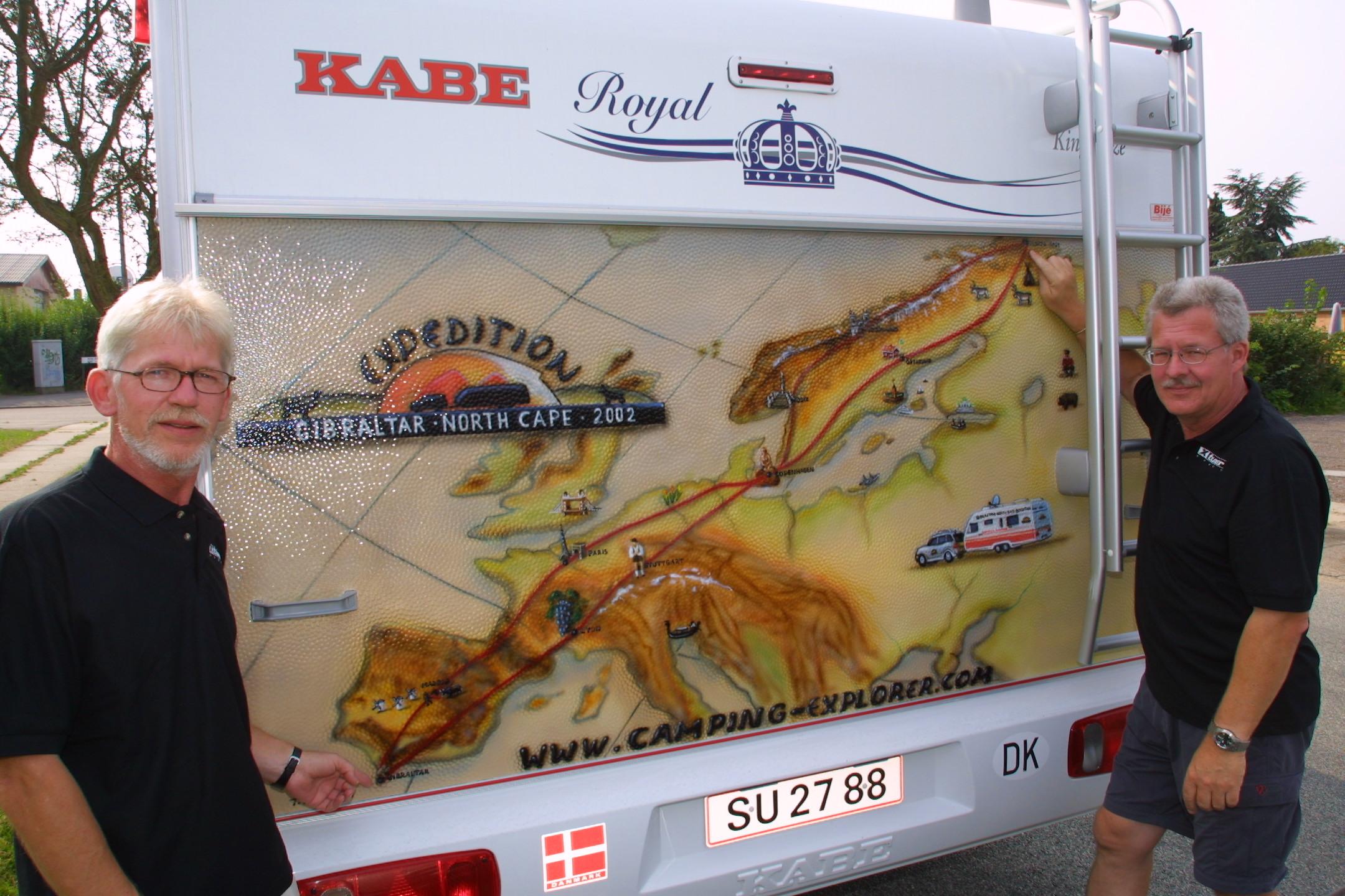 Ruten med Europas længste campingtur er malet bag på Peers campingvogn.