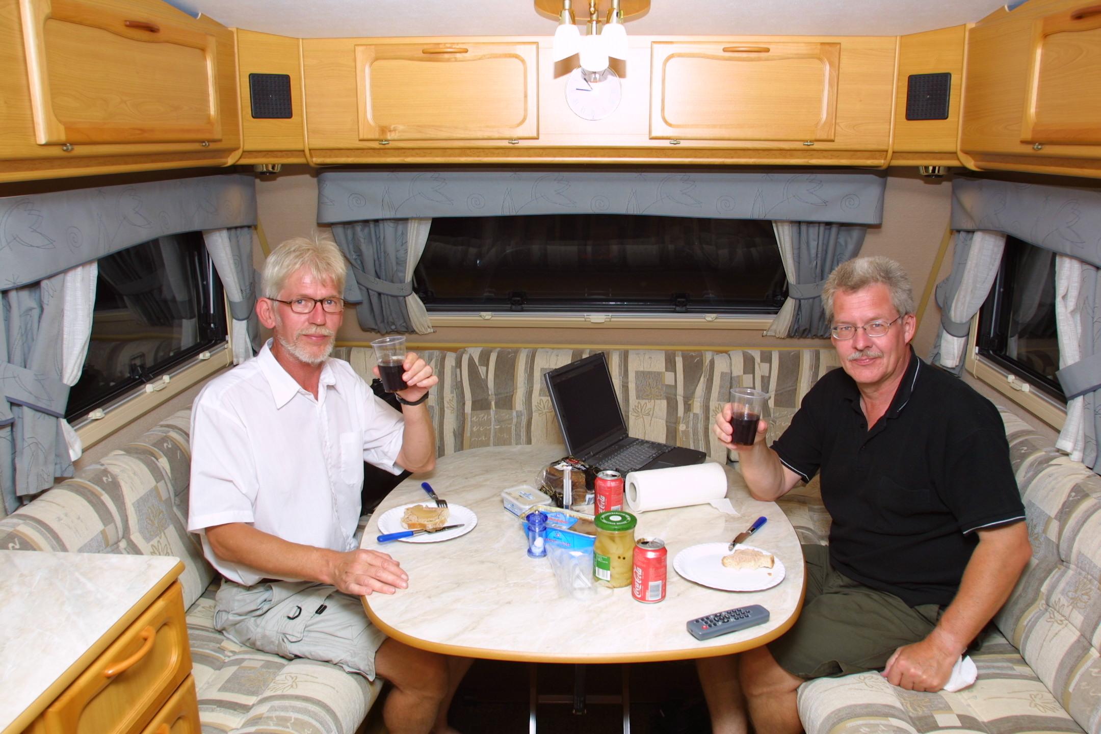 Luksus campingvogn Campingvognen var en KABE Royal 720 TDL King Size (250 cm bred), som blev trukket af en Hyundai Santa Fe, 2,0 turbo diesel med 4-hjulstræk.