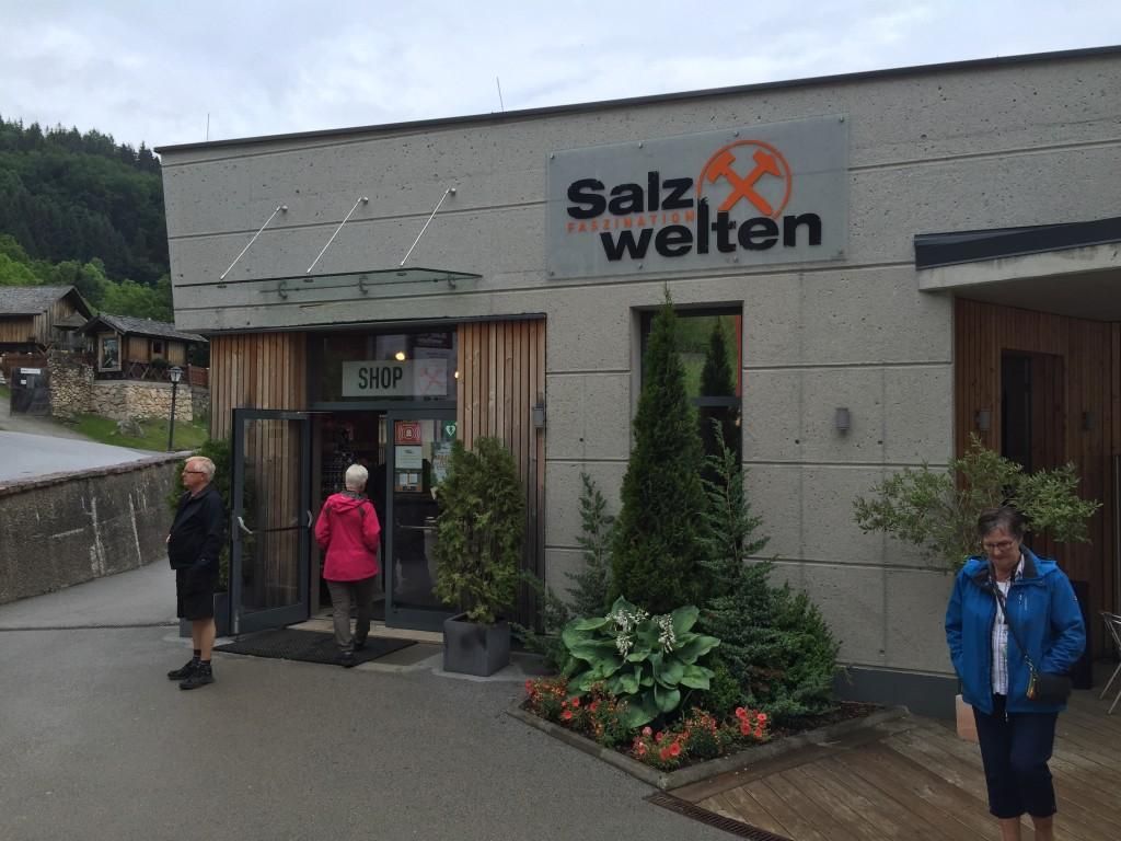 Ved indgangen er der en shop, her kan købes alverdens souvenirer og salt relaterede ting fra minen. Der er også en cafe hvor man kan få både mad og drikkevare.