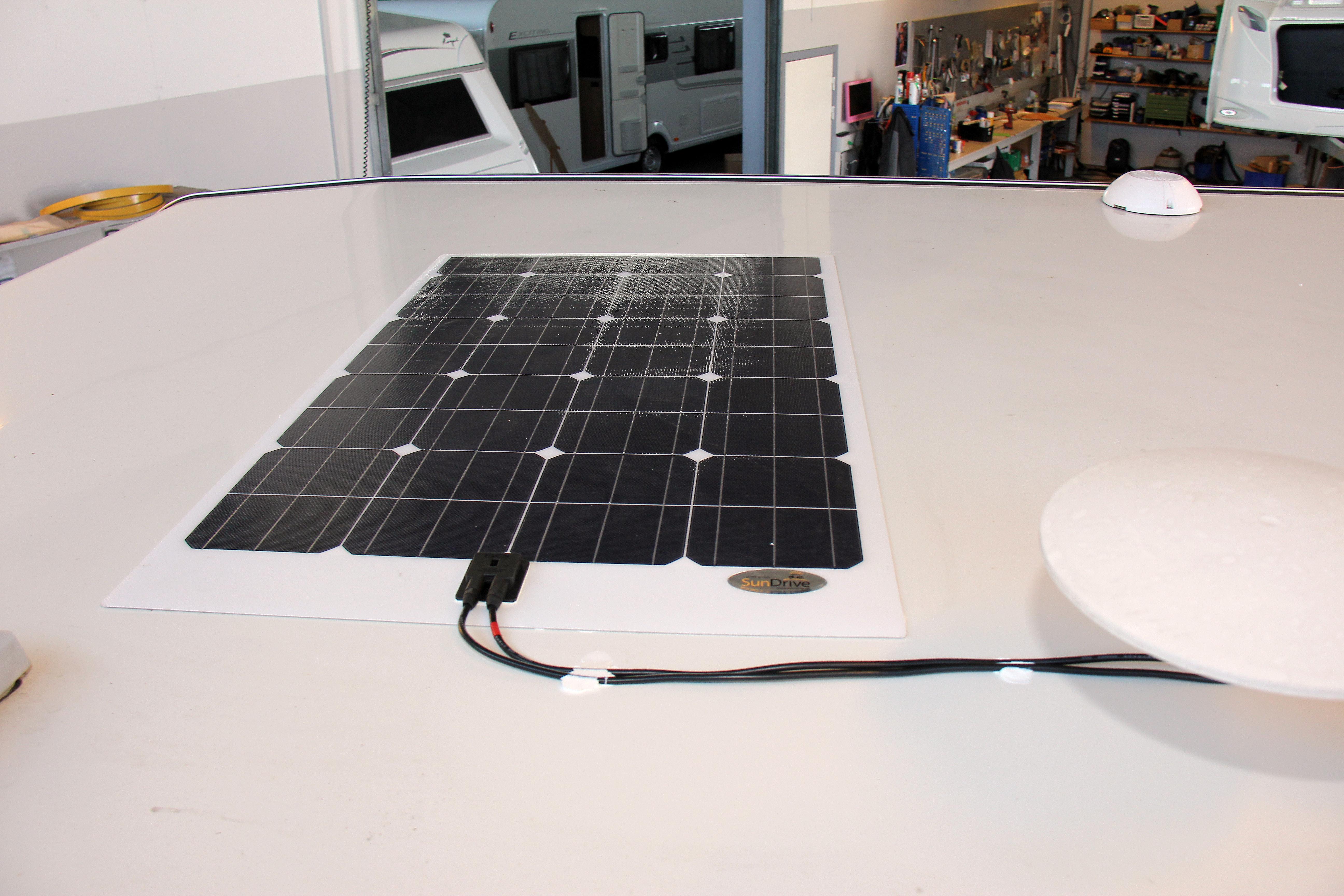 SUN 110tf fra Sundrive.dk har en effekt på 110 watt og en vægt på 4,5 kg. I pakken følger kontroller, taggennemføring, kabler, stik, monteringslim og vejledning med. Kan fås som kampagnepris til kr. 5.495.
