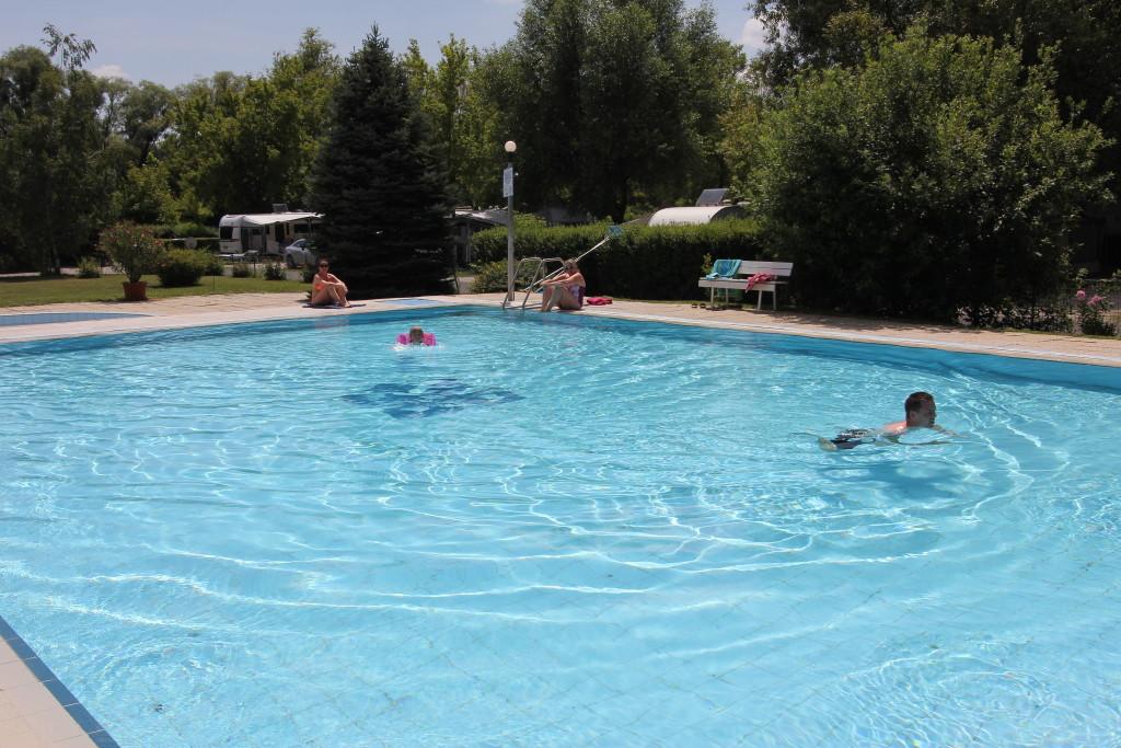 Her er vi på CASTRUM Camping i byen Keszthely tæt på Balatonsøen. Det er den 4. juli og vi har en del af campingpladsen og poolen for os selv. Vi betalte med Camping Cheque i højsæsonen. Tjek selv om det stadig er sådan.