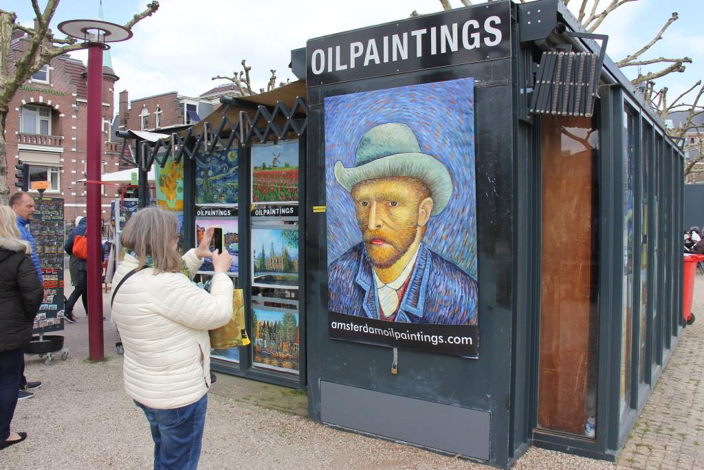 Vores næste mål er Van Gogh museet, hvor der er en lang kø foran indgangen. Vi har bestilt frokost i restauranten i museet, men frygter at vi kommer til at stå et par timer og vente i den lange kø. Yvonne og Mads ringer til restauranten og de sender en person ned til indgangen som fører os uden om køen og direkte op til vores reserverede bord. Man må ikke fotografere på museet så vi tager i stedet et billede af dette Van Gogh selvportræt.