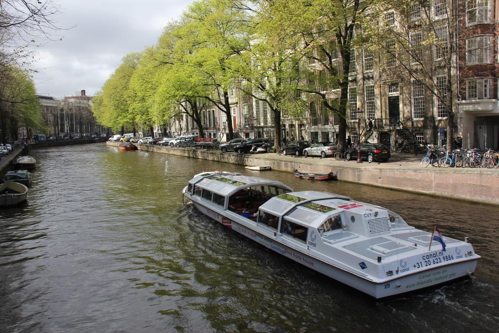 Vi sejler en times tid hvor ser og hører om Amsterdams historie.