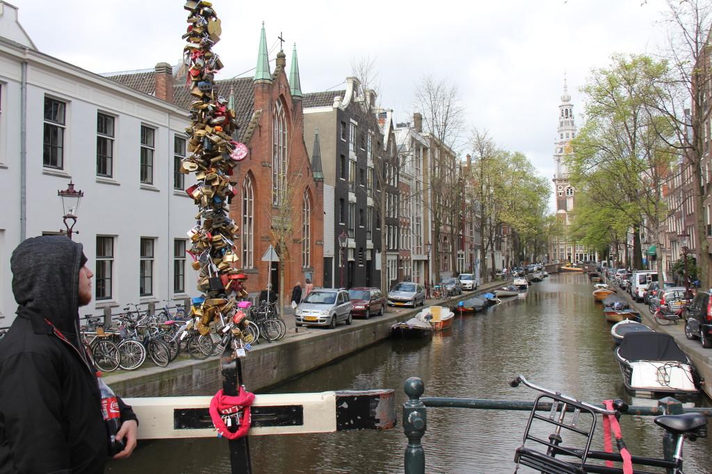 Broen er fyldt med hængelåse som symboliserer par som er forlovede eller gifte. Jeg tænker lidt på om de fjerner låsen igen når de går fra hinanden, eller om de har smidt nøglerne væk.