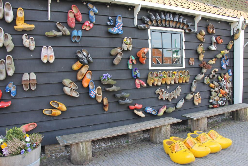 Her er huset, hvor du kan se hvordan man fremstiller træsko i alle former og farver. Det tager nok lidt tid at gå i et par træsko helt af træ hvis man kommer fra et par fodformede i læder eller et par Ecco sko.
