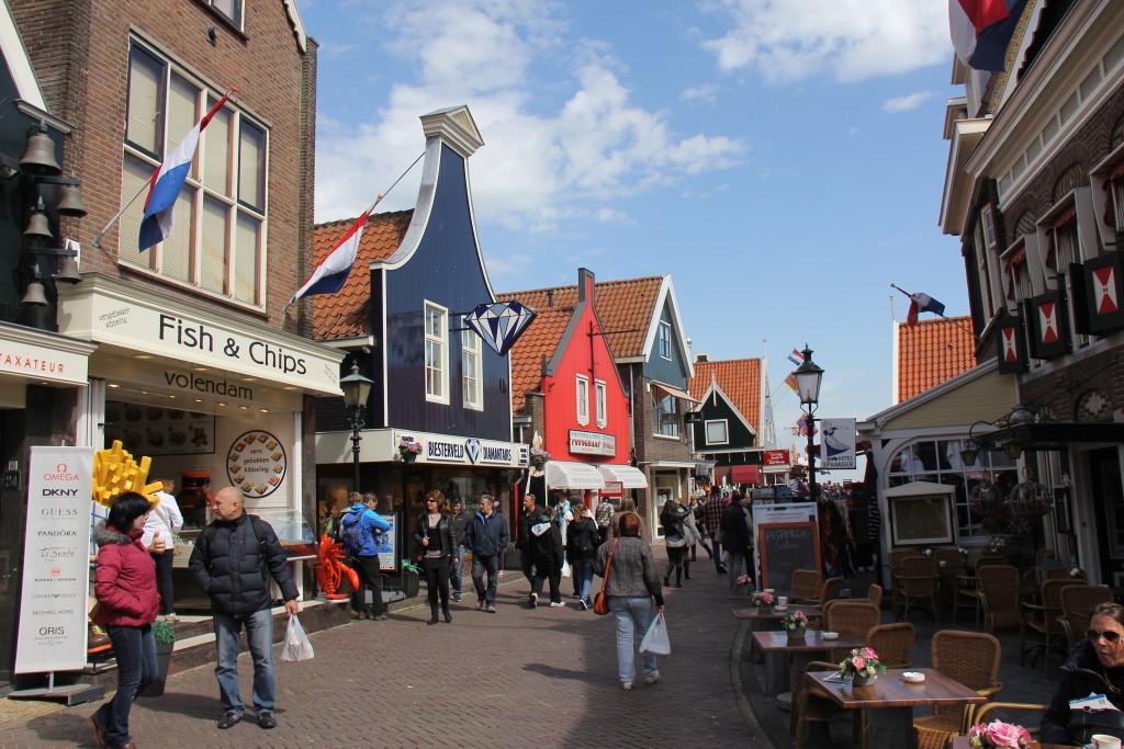 Vores næste mål er byen Volendam som er en hyggelig lille fiskehavn med forretninger, cafeer, ostebutikker og diamanter.