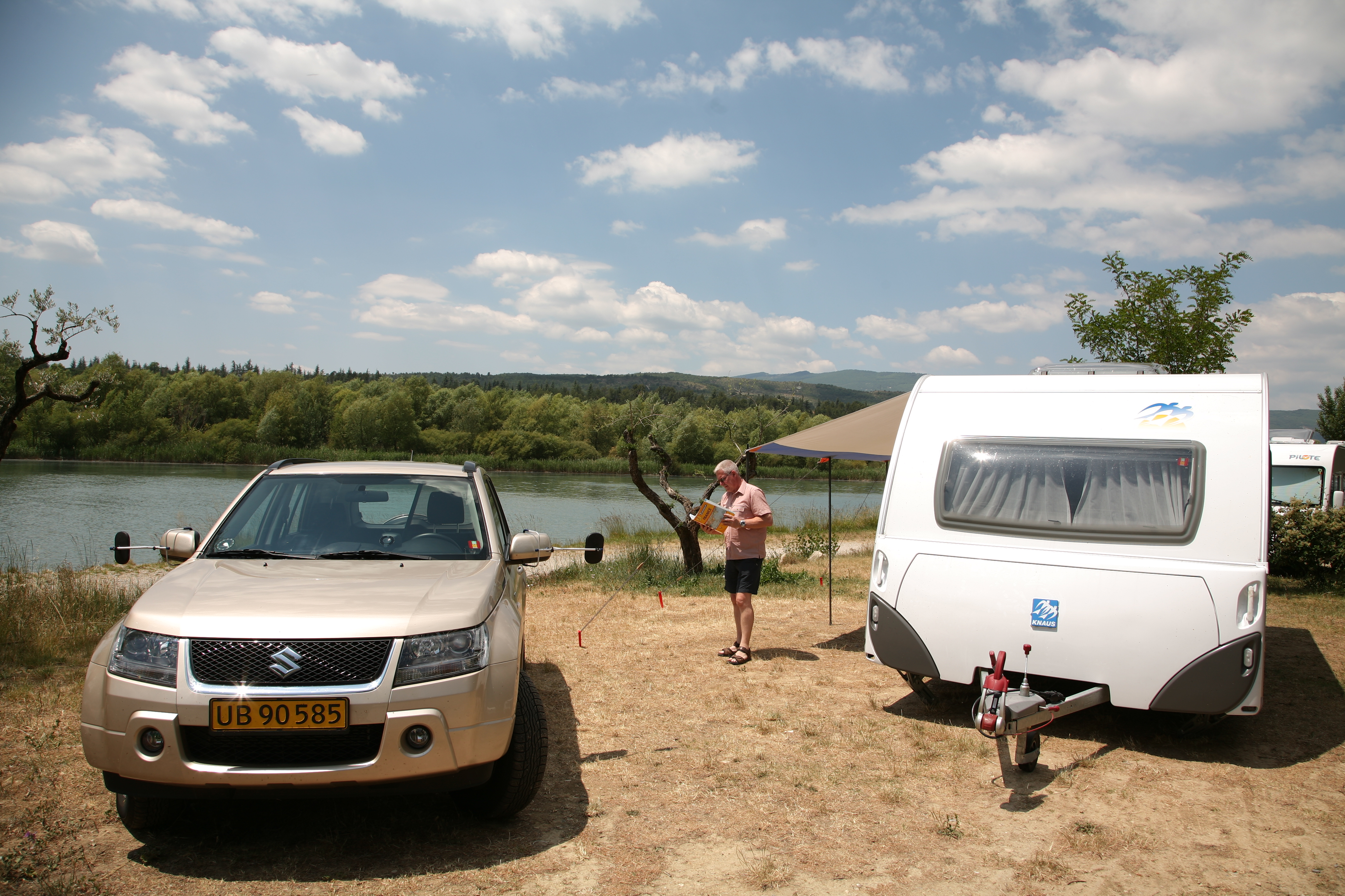 """Få km syd for Sisteron kommer vi til byen Volonne, hvor vi kører ind på L'Hippocampe som er med i sammenslutningen Sunelia, som er en række gode campingpladser. Pladsen modtager også Camping Cheques, så her kan jeg også bruge mit Gold Card fra Camping Cheques, som jeg har """"tanket op"""" med cheques hjemmefra. Og vi er rigtigt heldige, hvilket ikke mindst skyldes at vi ankommer tidligt til campingpladsen. Vi kan nemlig få en plads helt ned til floden Durance. Og så kommer vores Shadow op og bord og stole ud."""