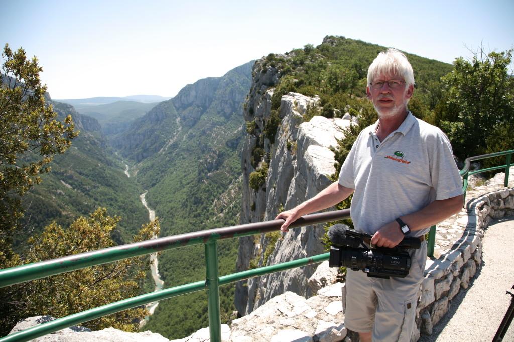 Gorges du Verdon er Frankrigs svar på Grand Canyon og der er langt ned, hvilket er årsagen til, at Jann på billedet holder godt fast i gelænderet.