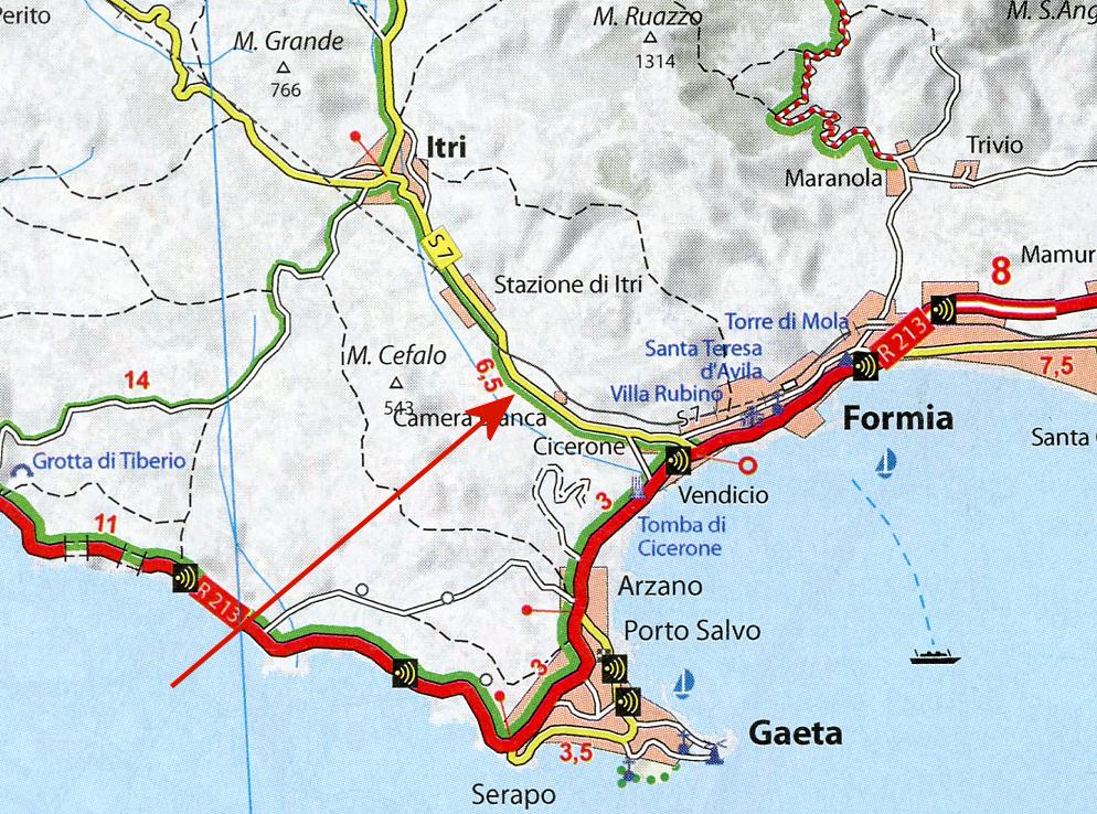 Pilen angiver, hvor man mellem Formia og Itri kan finde det antikke stykke af Via Appia. Læg mærke til, at kystvejen R 213 er markeret som særligt smuk. Det passer! Kan stærkt anbefales, når man er på de kanter. Men bemærk også de mange stærekasser!