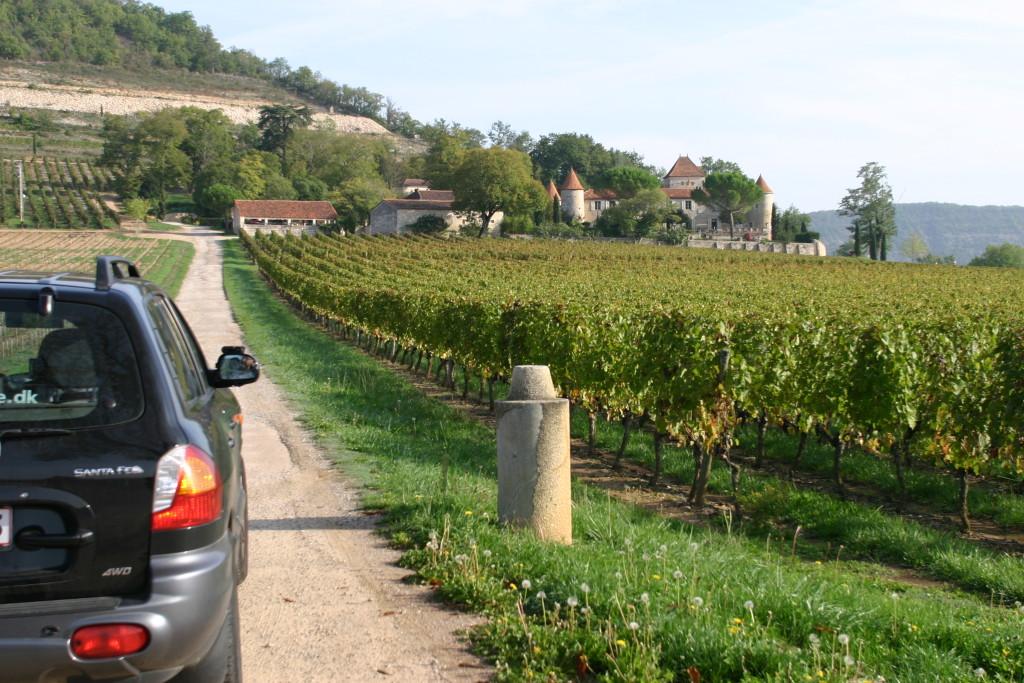 I Frankrig kan du også køre til Prins Henrik vinslot Chateau Cais og se om han og Daisy måske byder på en kop kaffe på terrassen.
