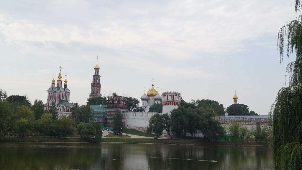Overalt restaureres kirker, som under Sovjet tiden blev brugt til kartoffel lagre.