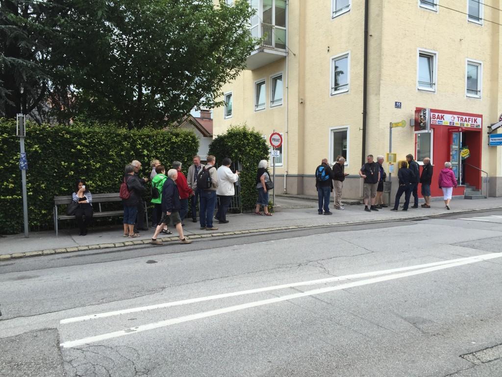 Efter uddeling af busbilletter, er vi alle klar til afgang. Det er nemt at køre med bus herfra, der er ingen zoner som i Danmark kun en enkelt eller retur billet.