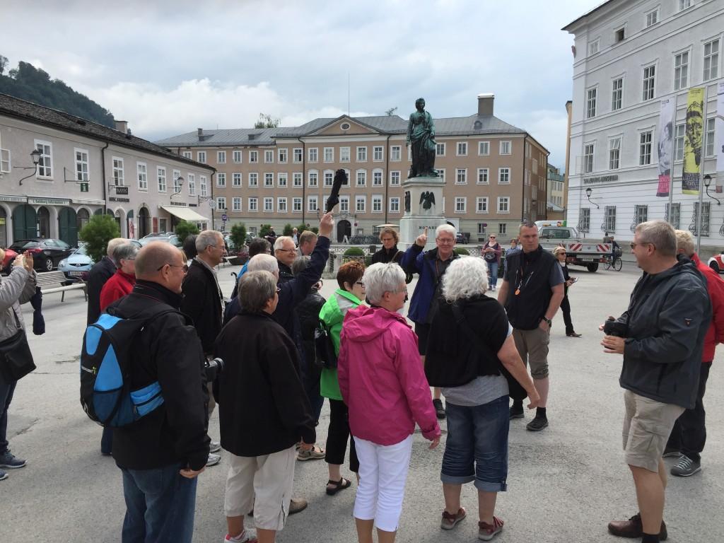 Vi stopper lige på Mozarts Platz hvor statuen af byens berømthed Mozart står. Her fortæller Peer lidt historie, så vi er klar til at gå ind i hans fødehjem.