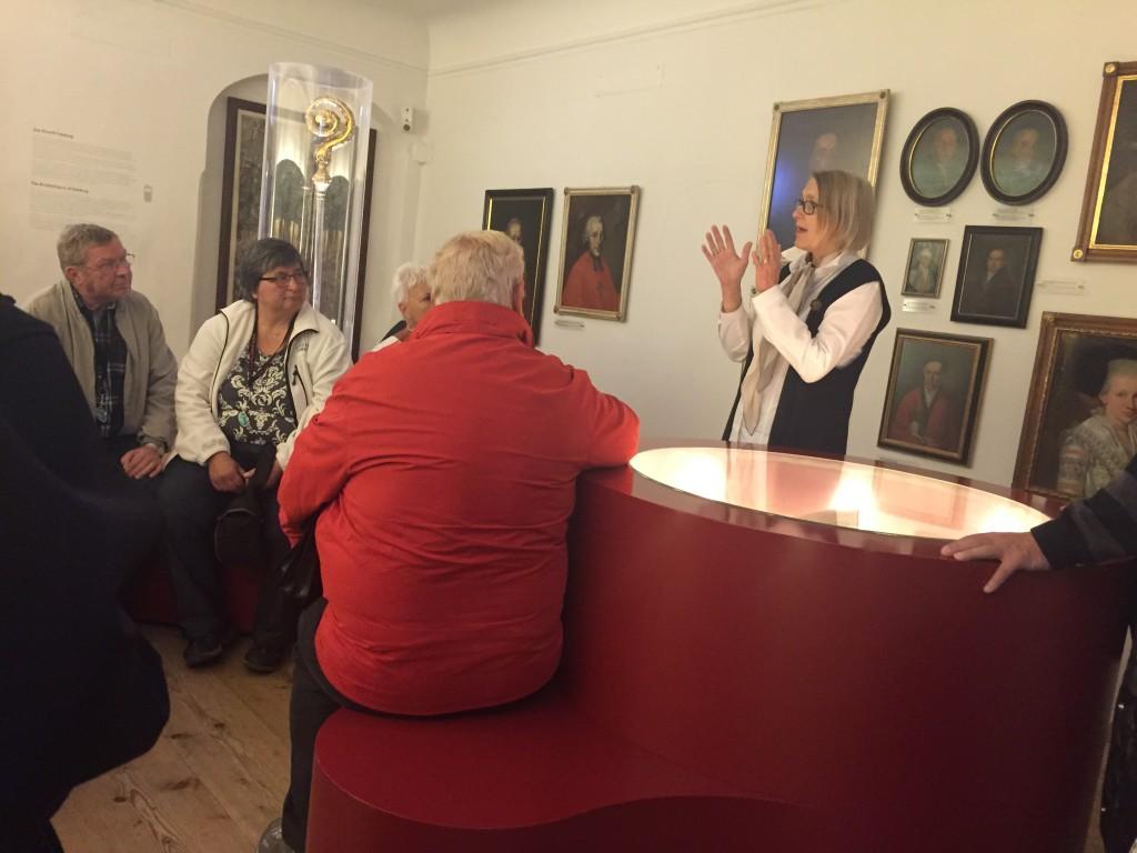 Vi får en guide som taler Engelsk og hun fortæller om Mozarts historie og de forskellige rum i huset.