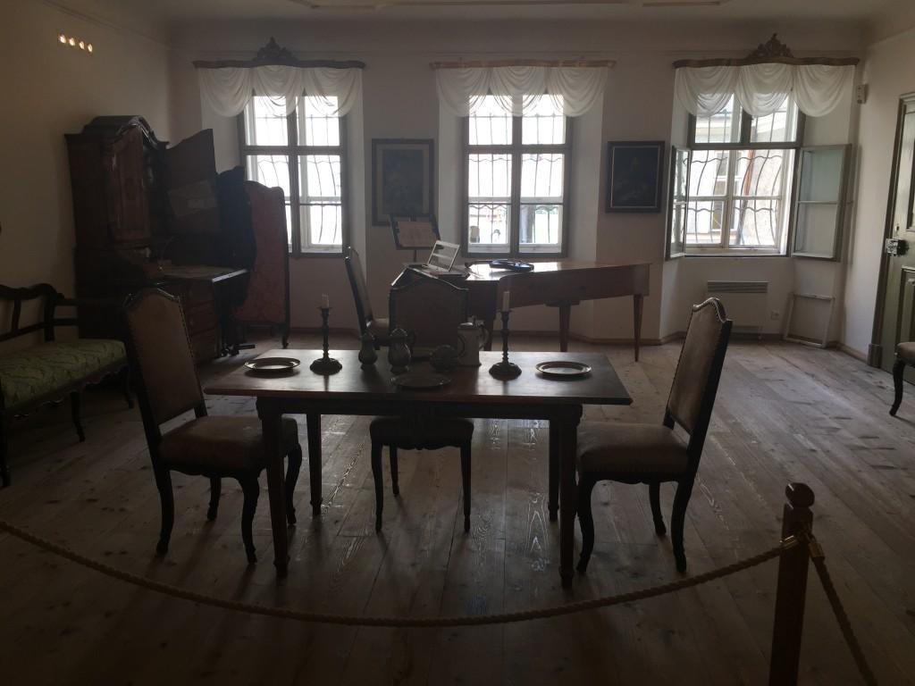 Mange af de møbler der står i hans fødehjem, er ikke de originale. Men alle er tidssvarende fra samme periode, her er dagligstuen som man formodede den så ud i hans tid.