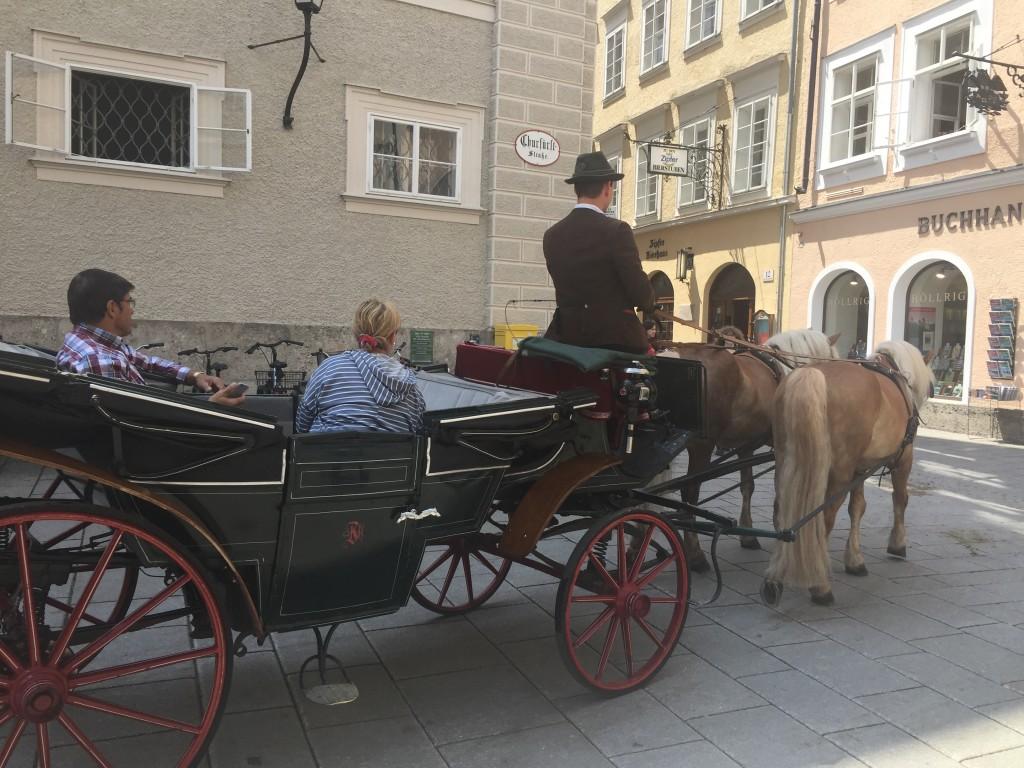 Efter rigtig meget historie om Mozart er vi nede og gå i Salzburg, her kan man også køre i hestevogn rundt i byen, hvis man skulle blive træt i fødderne.