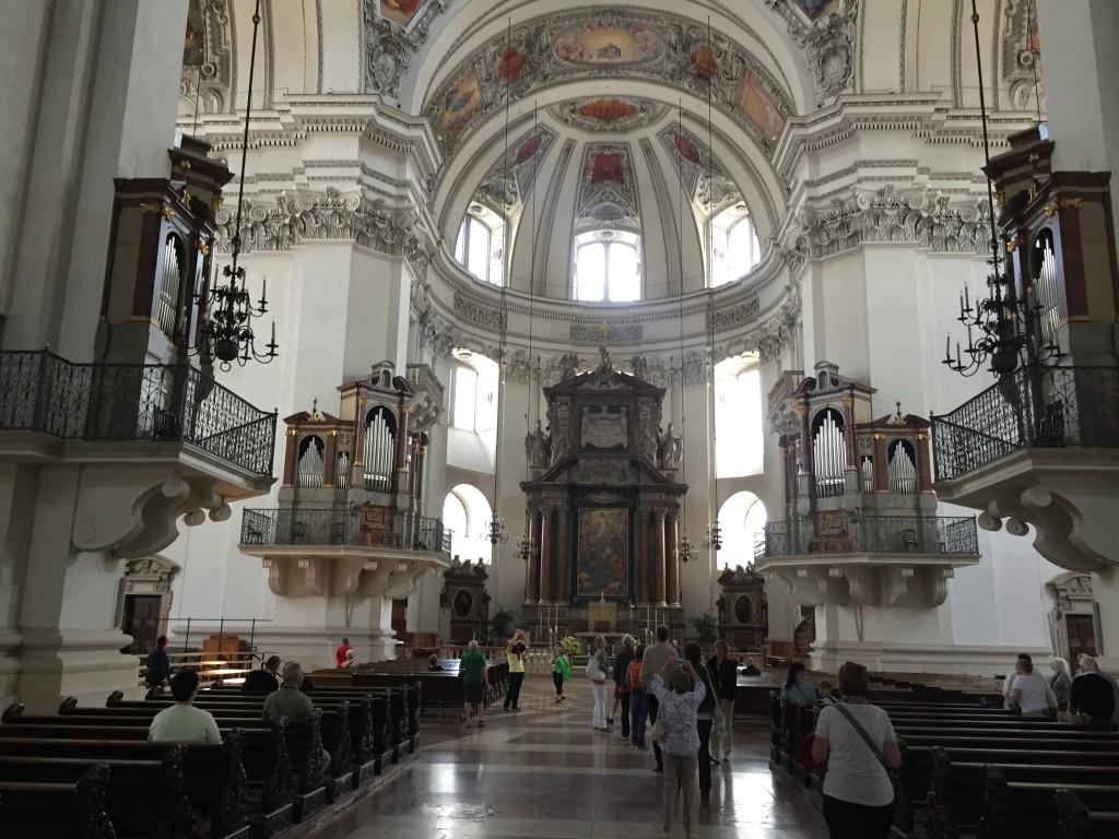 Domkirken er fantastisk smuk og efter Danske kirkeforhold kæmpe stor. Her er ikke mindre en 5 orgler. Der er den store altertavle i bunden af kirken, men i mellemgangene er der alterer i begge sider.
