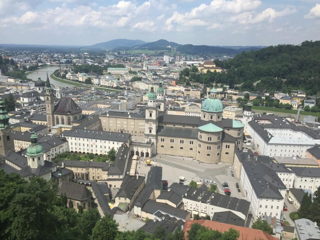 På toppen af fæstningen bliver man belønnet med den skønneste udsigt ud over Salzburg og hele omegnen. Vi var i dag heldige med vejret og fik den skønneste udsigt i alle retninger.