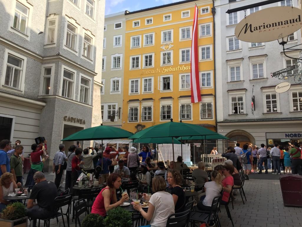 Mozarts fødehjem ligger midt i Salzburg, det ligger lige over for et hyggeligt lille torv. I gamle dage var der en kilde på torvet som forsynede alle omkring med drikkevand.